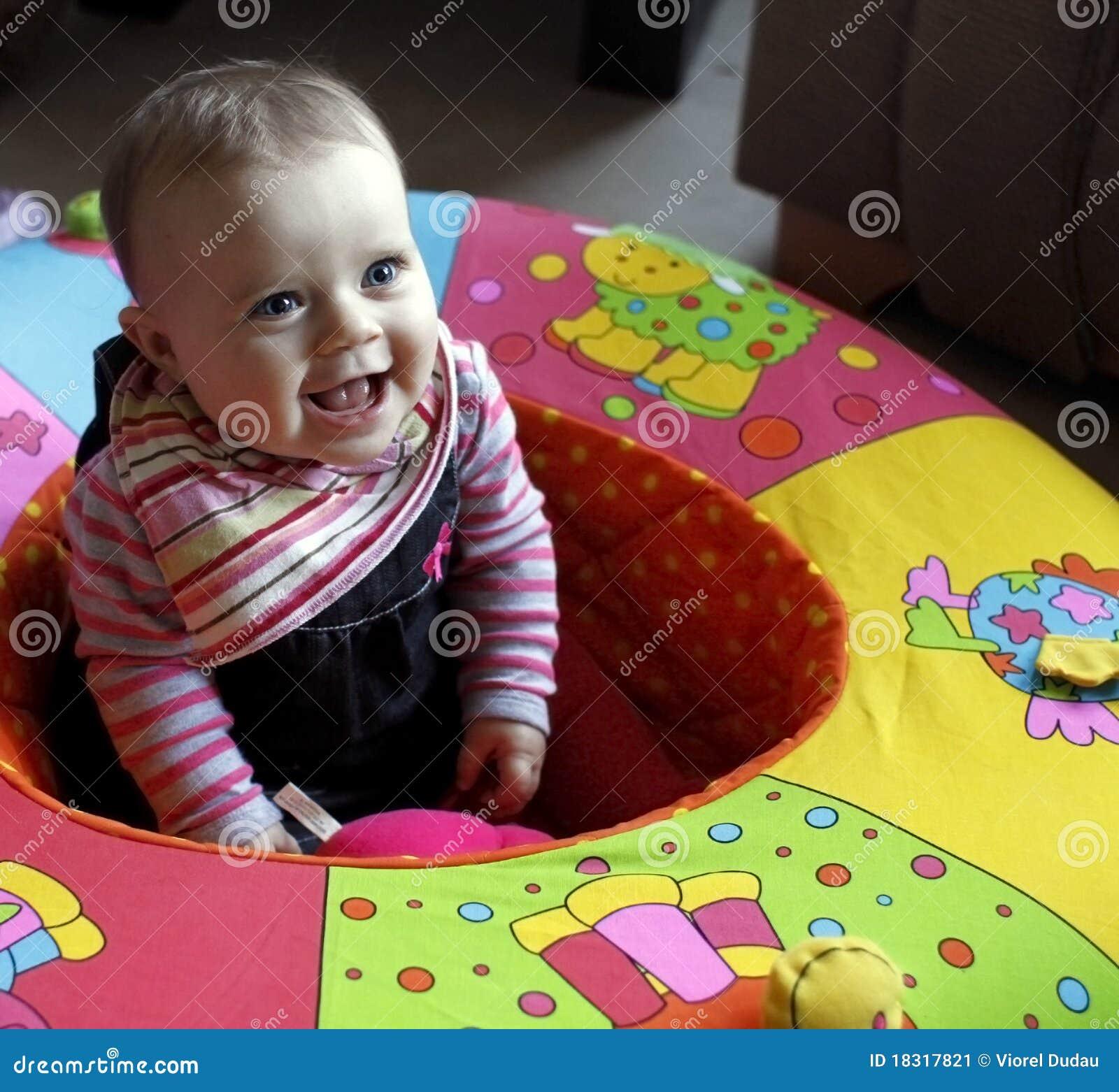 Bambino del bambino nella risata del playpen