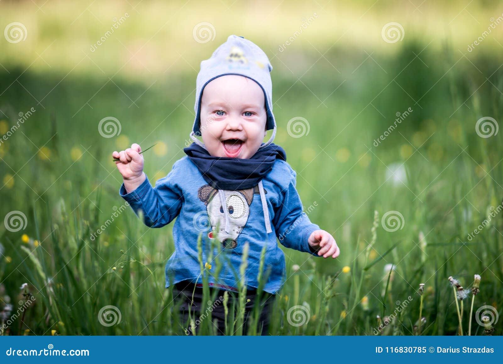 Bambino del bambino in erba, espressione felice