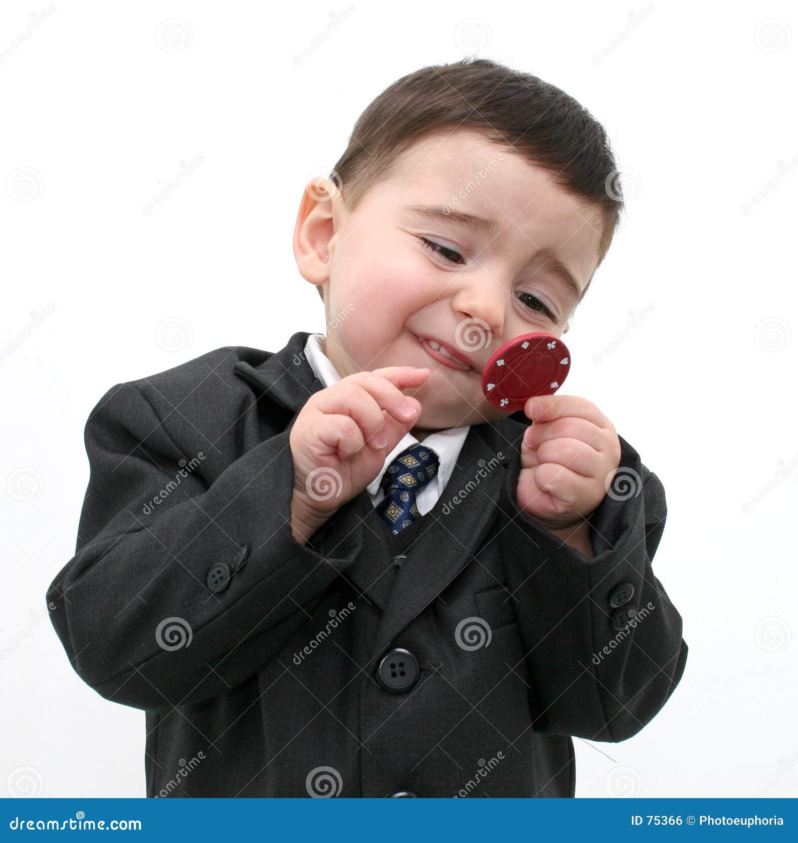 Bambino del ragazzo che gioca con i chip di mazza