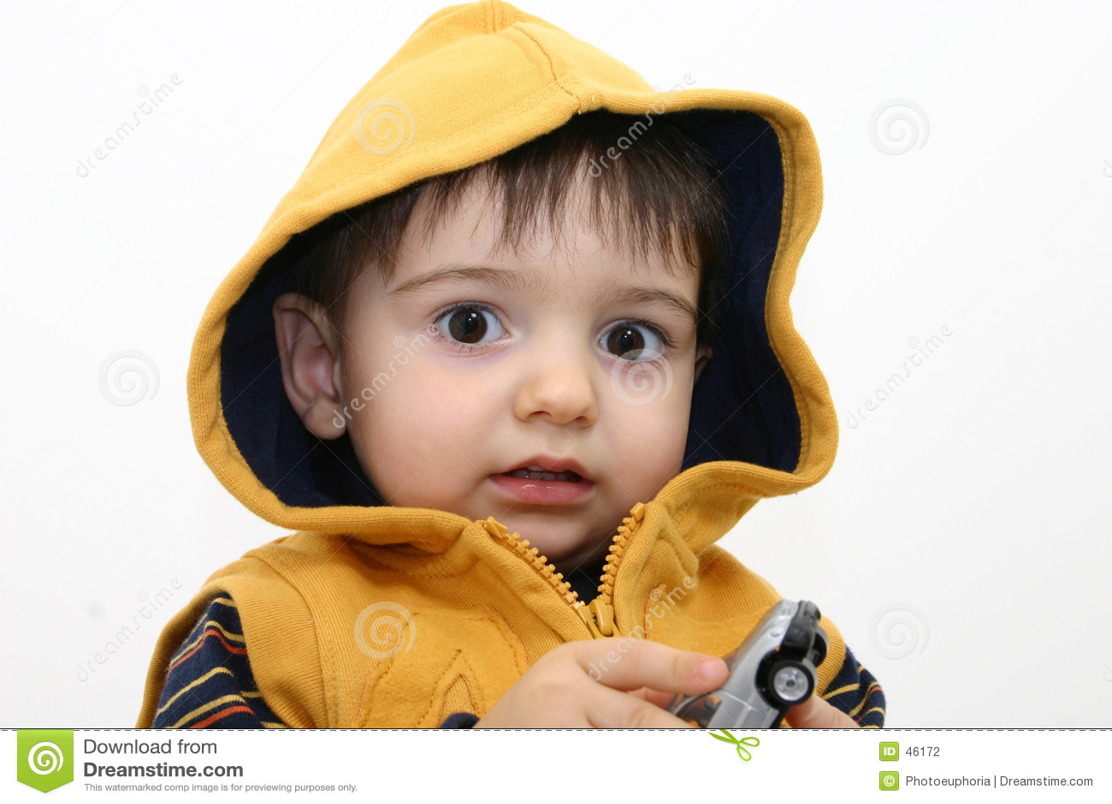 Bambino del ragazzo in vestiti di caduta