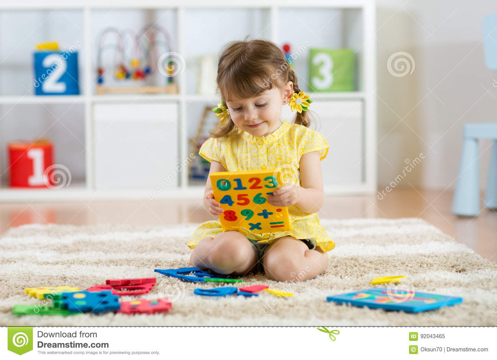 Bambino Della Bambina Che Gioca Con I Lotti Delle Cifre Di