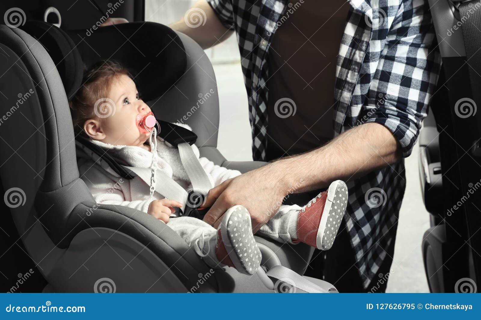 Bambino della legatura del padre a sicurezza del bambino