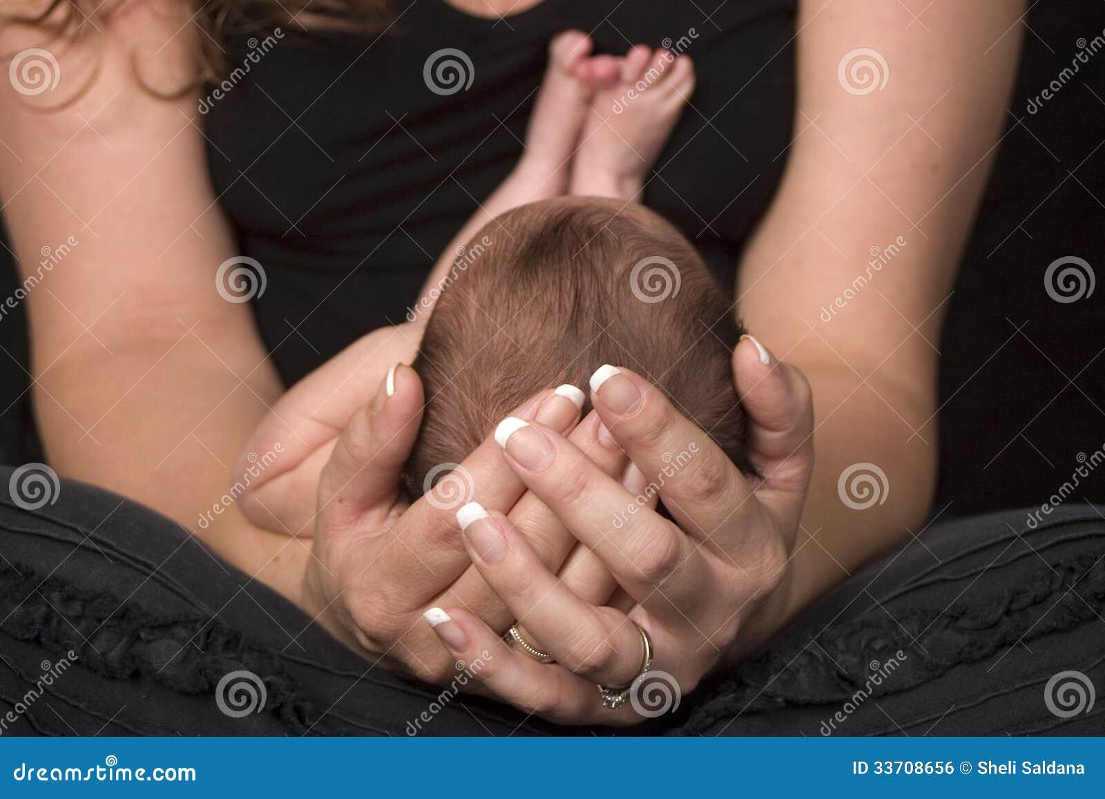 Bambino della tenuta della madre