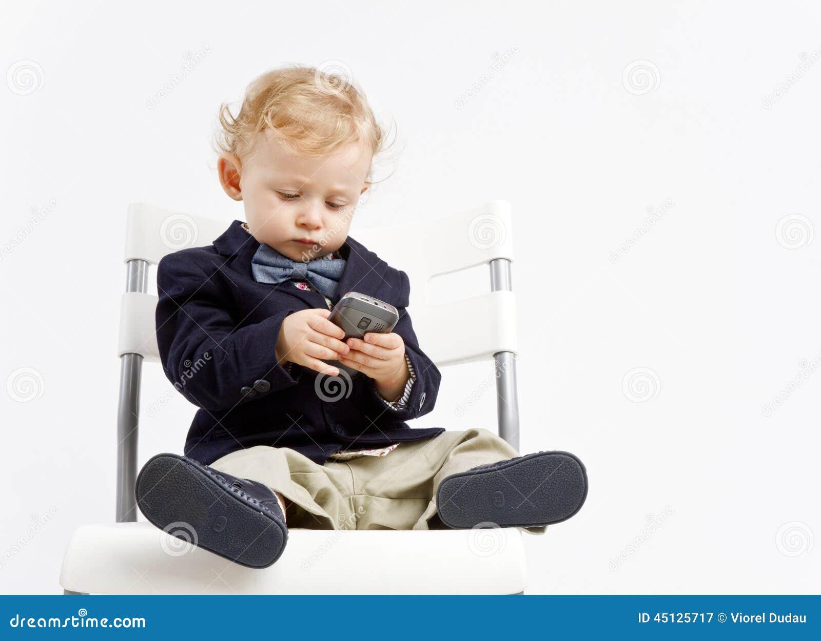 Bambino di affari con il telefono