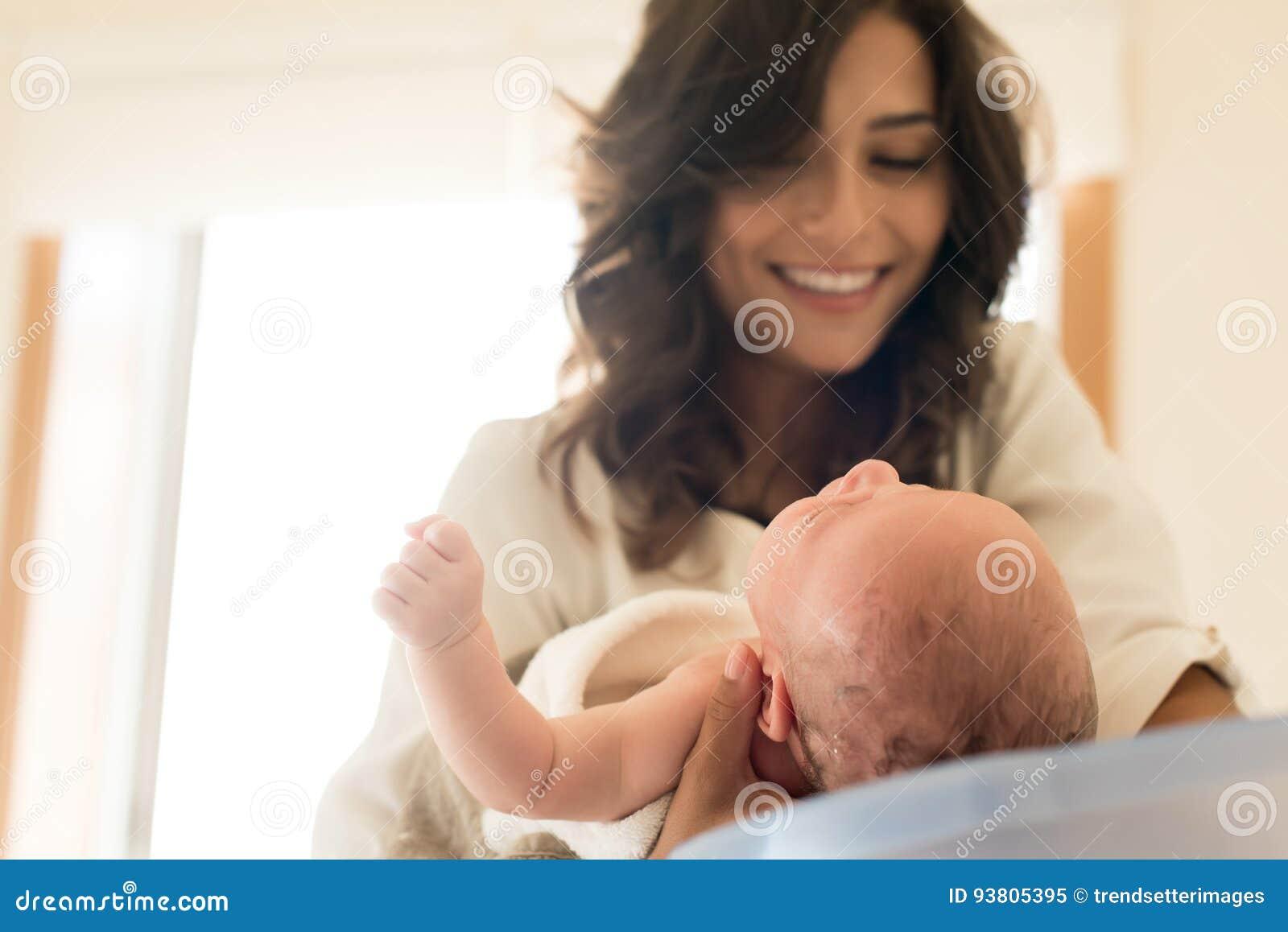 Vaschetta Per Bagno Bambino : Bambino di lavaggio della madre in vasca da bagno immagine stock