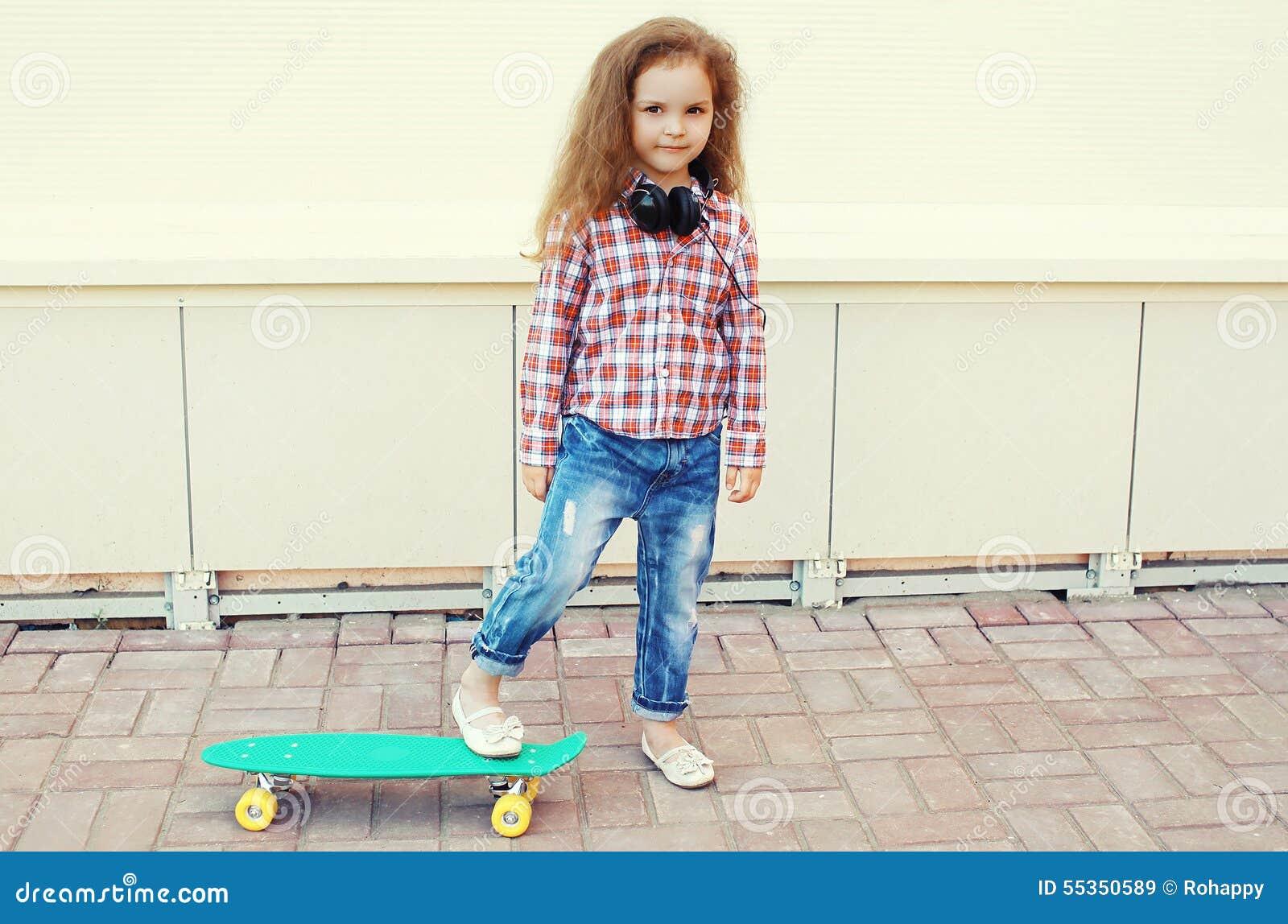 Bambino di modo Bambino alla moda della bambina con il pattino