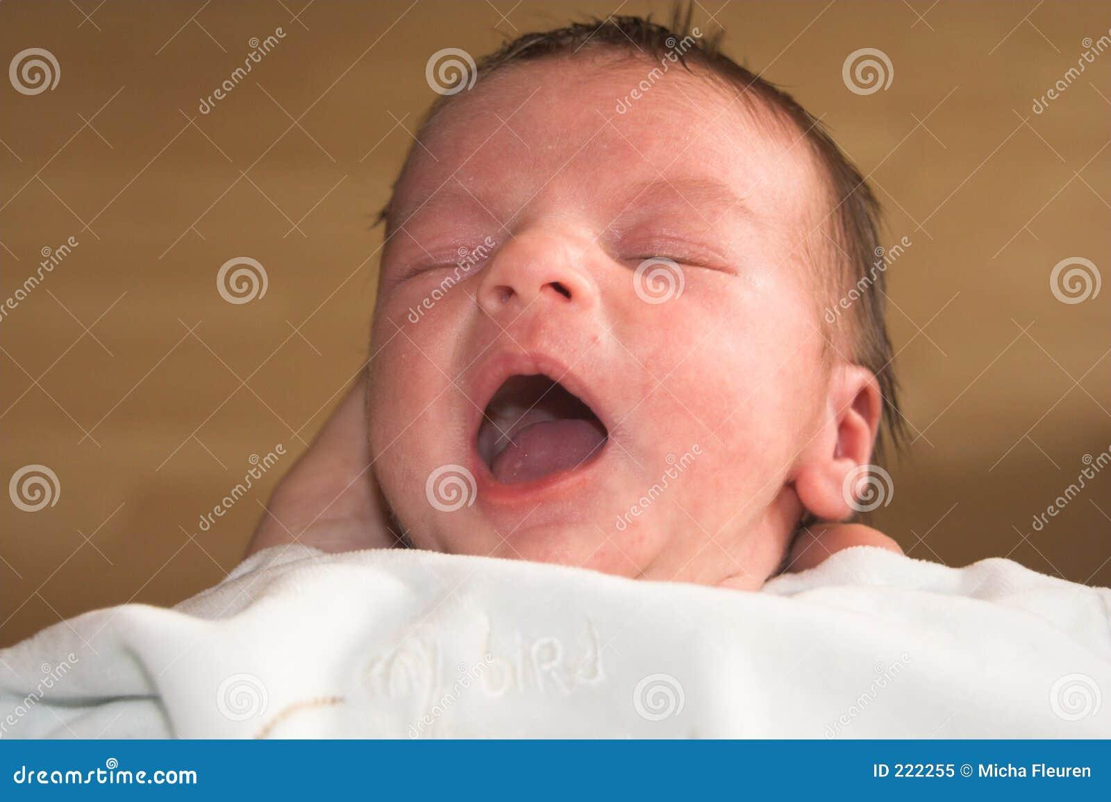 Bambino di sbadiglio