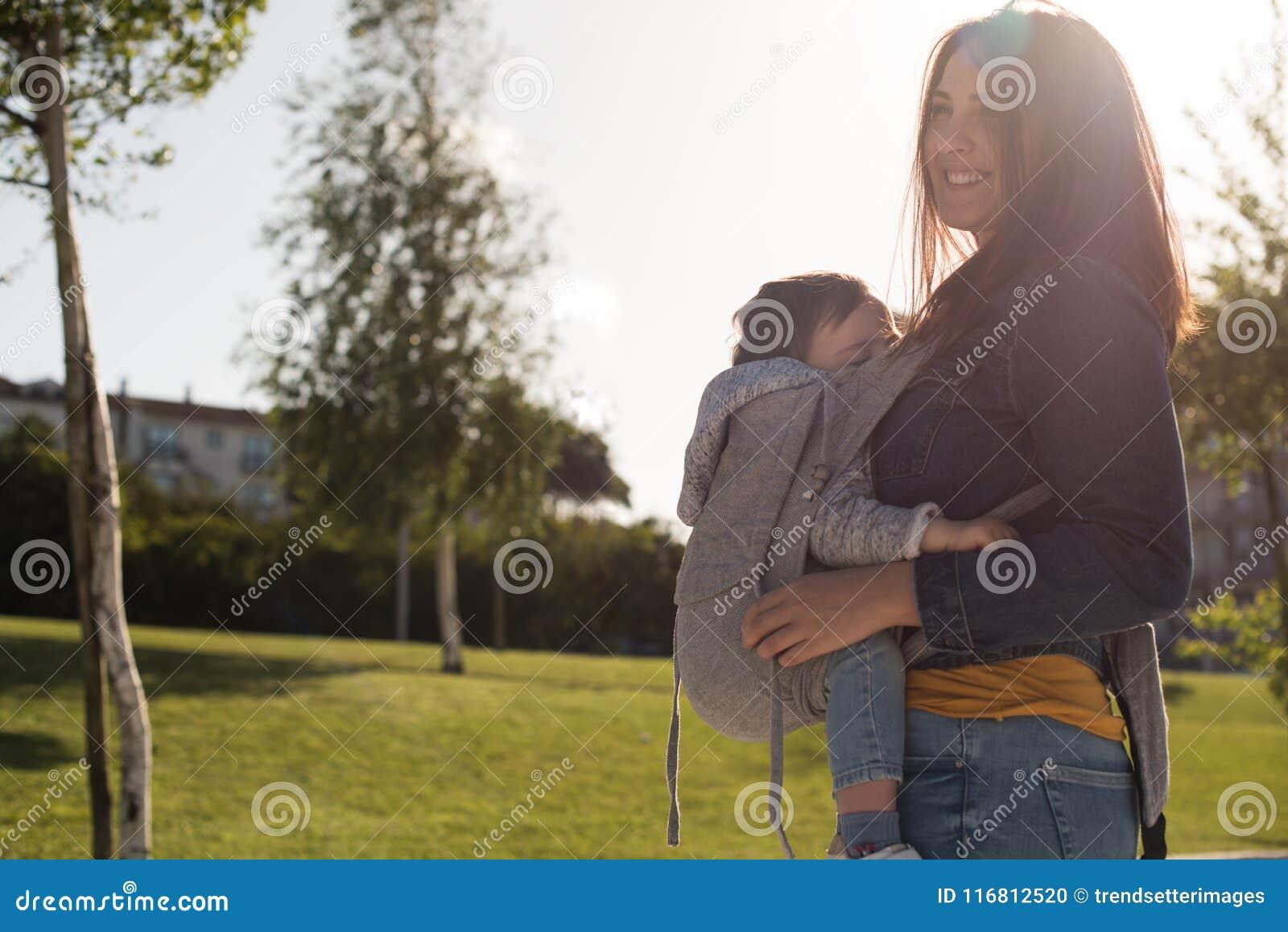 Bambino di trasporto della madre