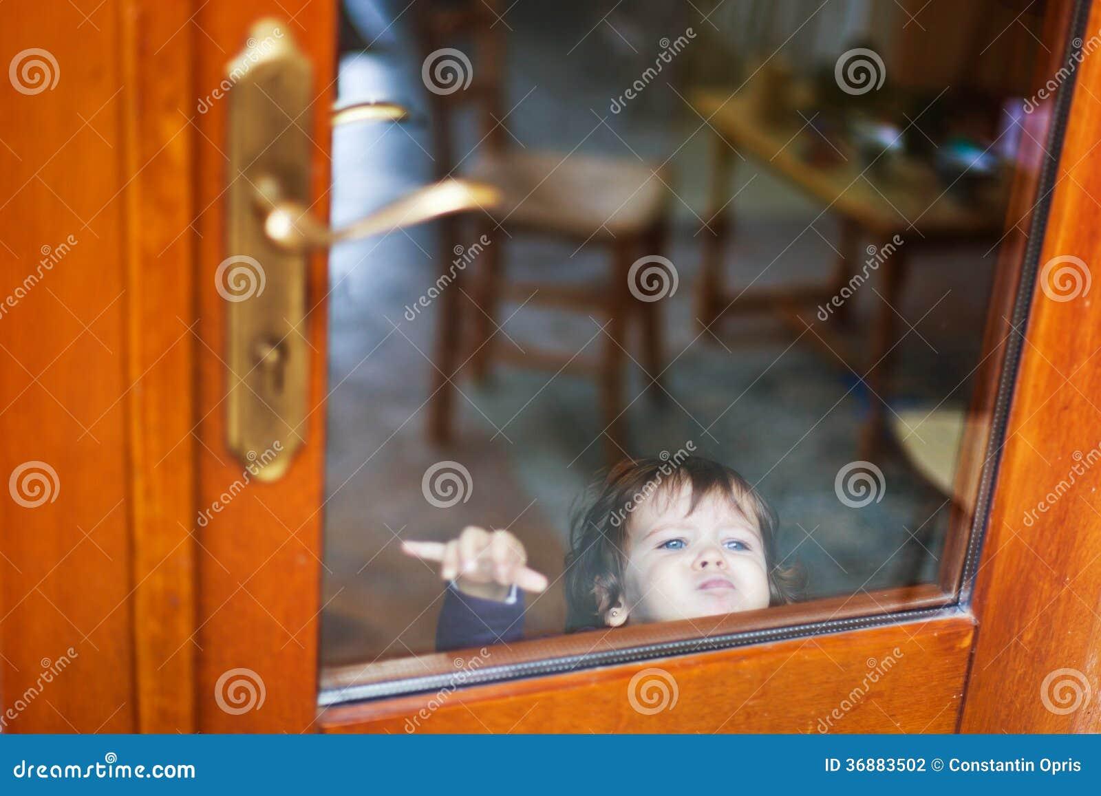 Download Bambino Dietro A Porta Chiusa Fotografia Stock - Immagine di locked, caucasico: 36883502