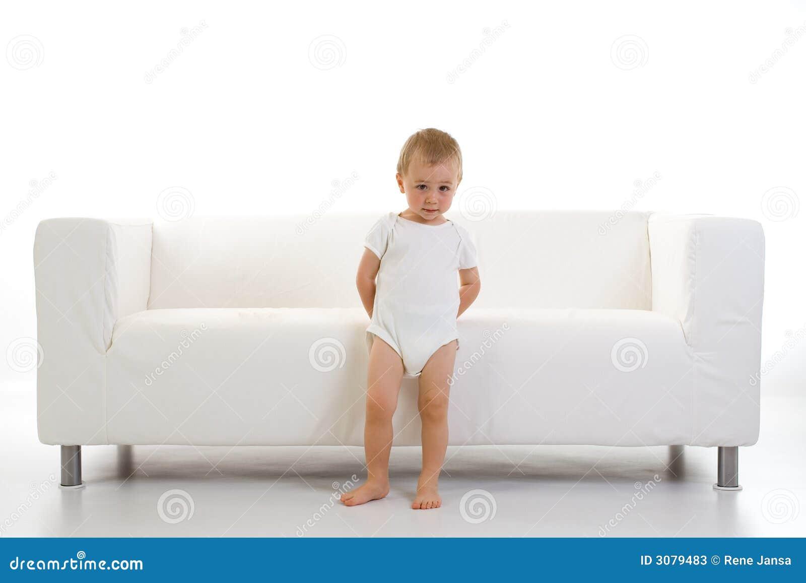 Bambino e sofà