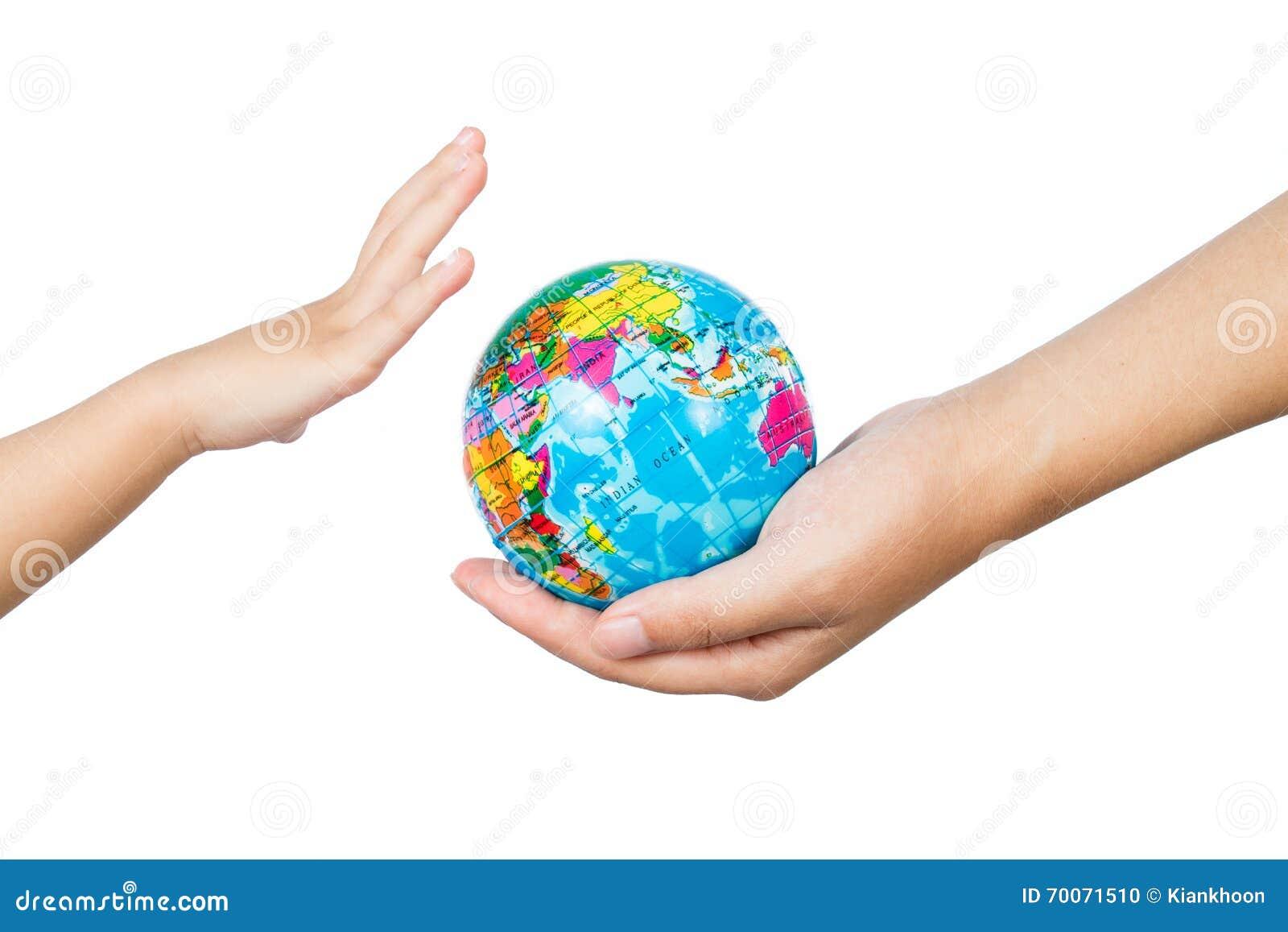 Bambino ed adulto che tengono un globo del mondo in mani