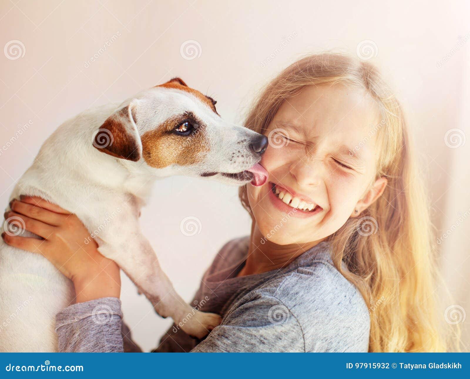 Bambino felice con il cane