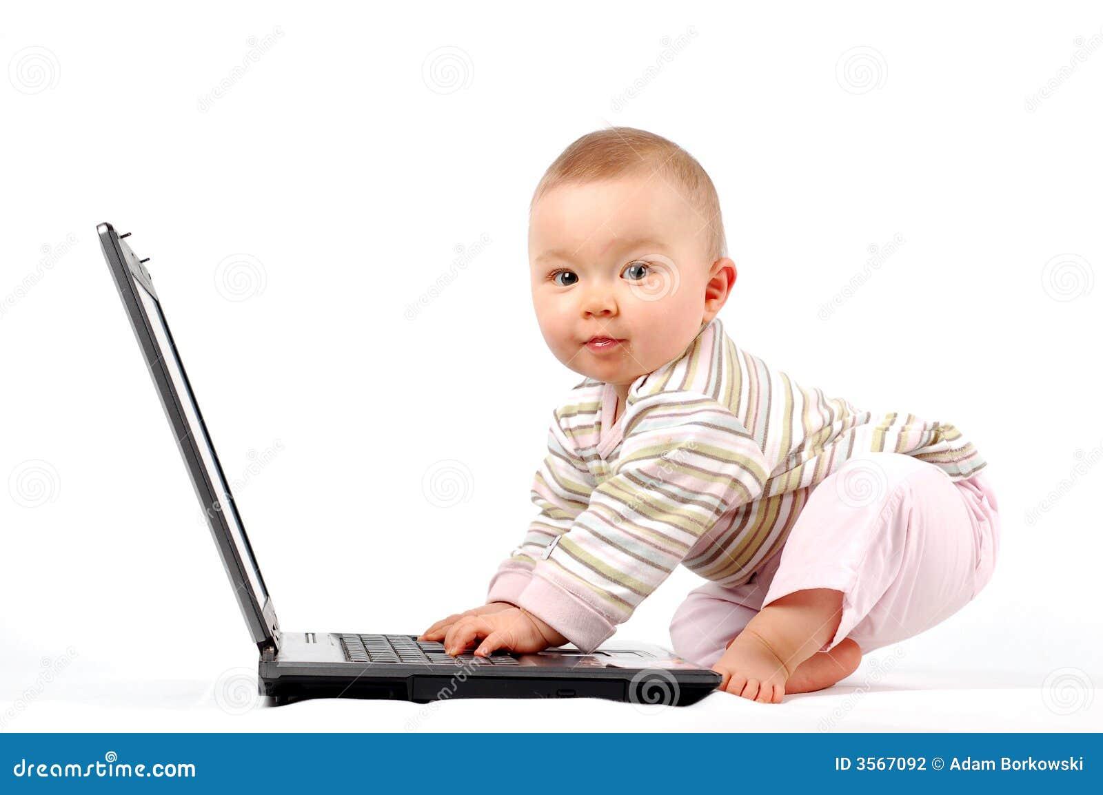 Bambino felice con il computer portatile #13