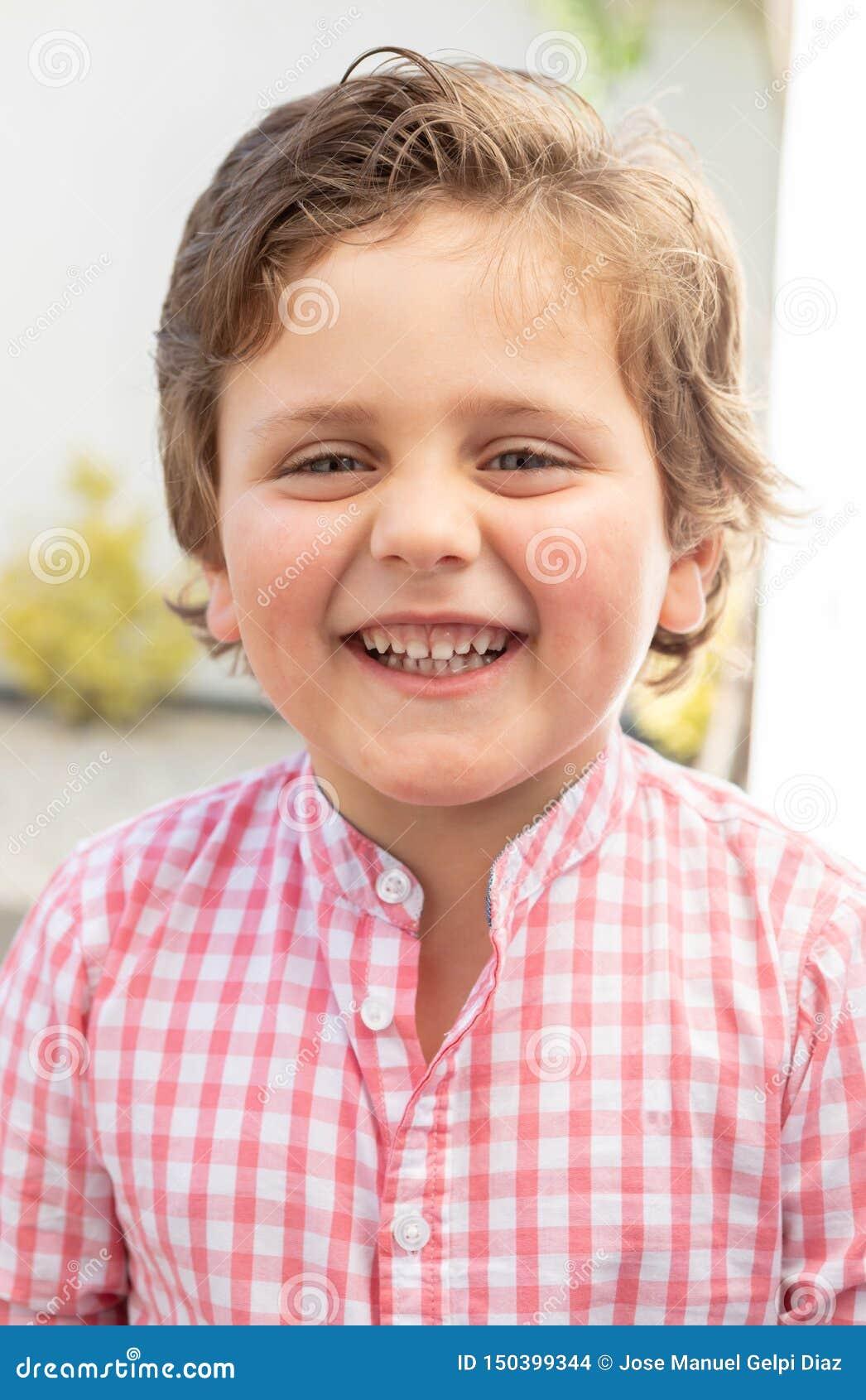 Bambino felice con la camicia rosa nel giardino