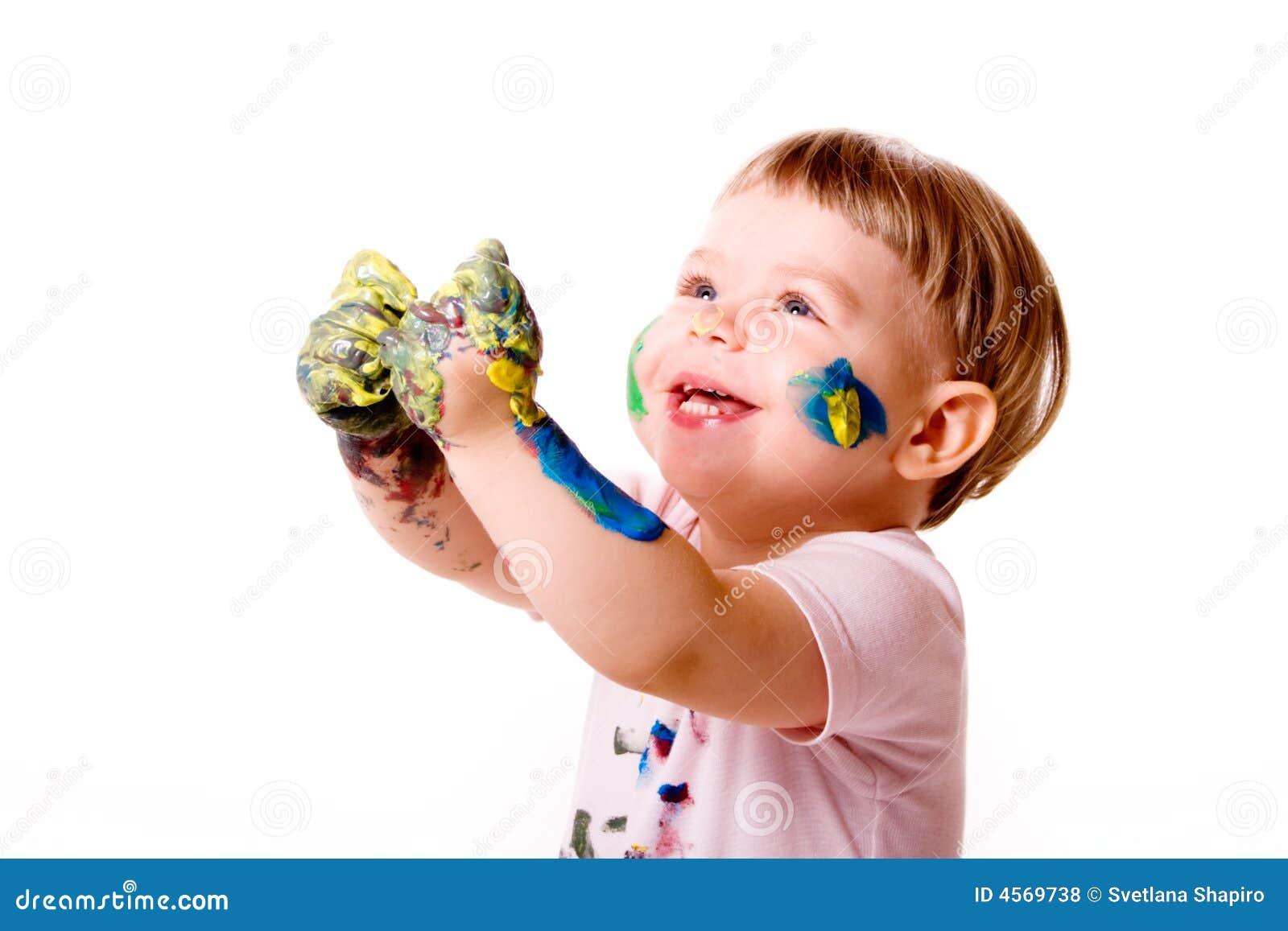Bambino felice con le mani macchiate sporche