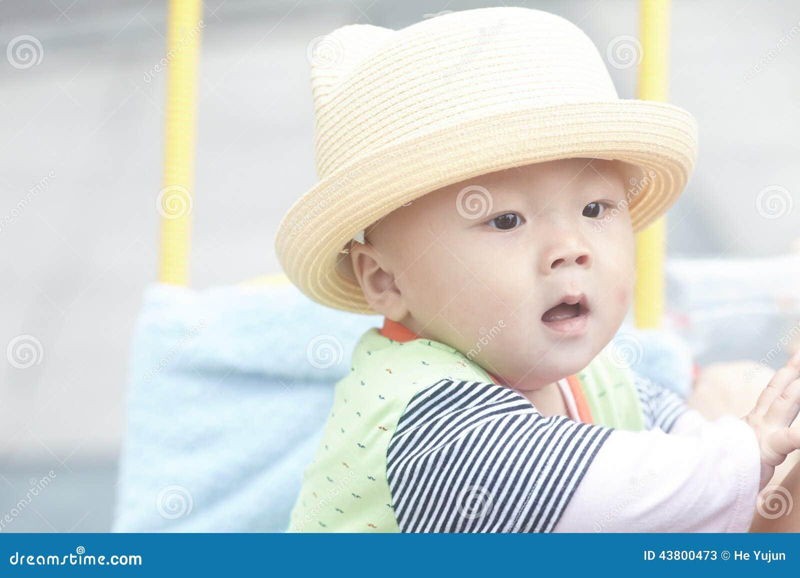 Bambino felice in passeggiatore