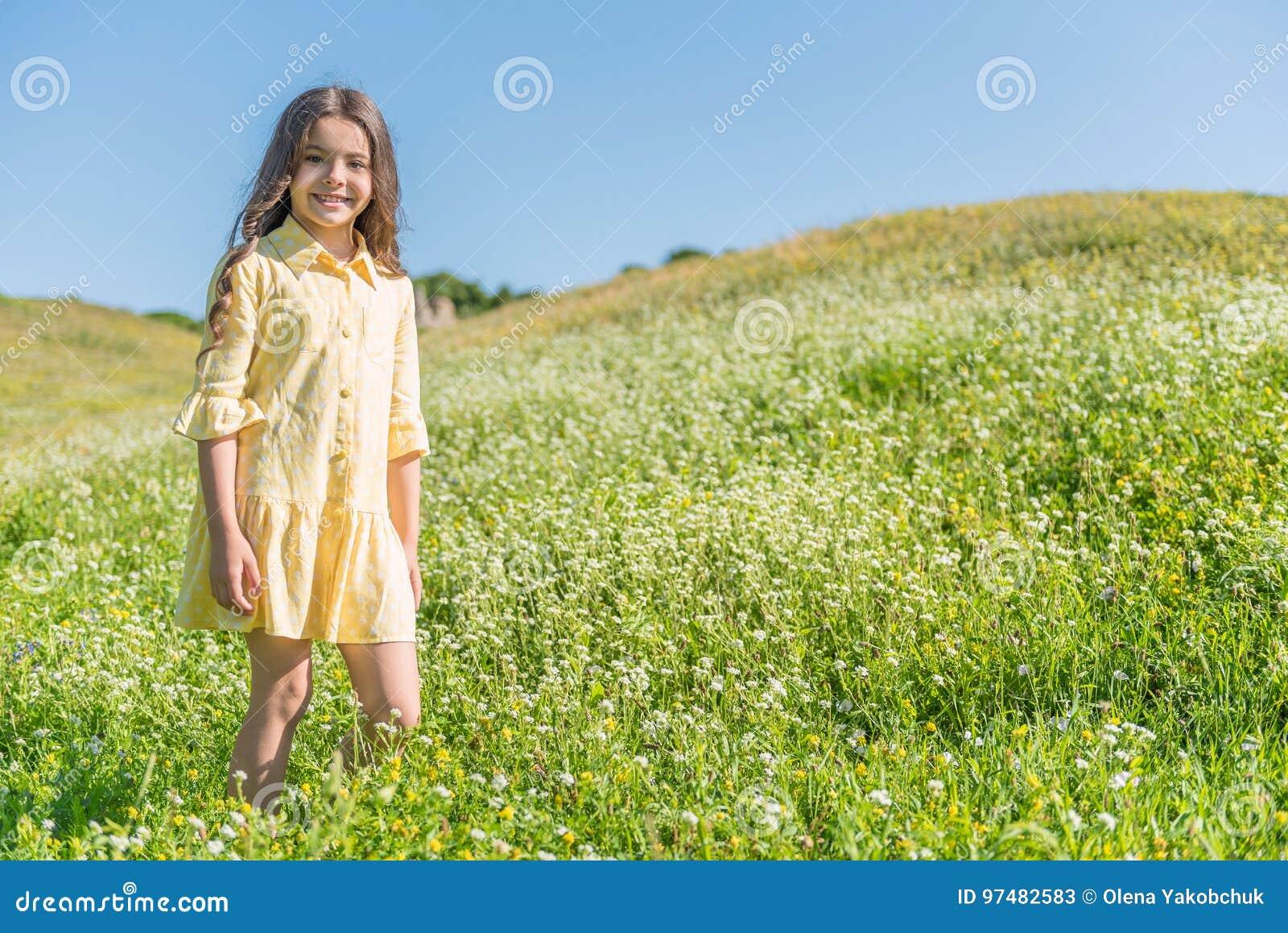 Bambino femminile allegro divertendosi sul campo di estate