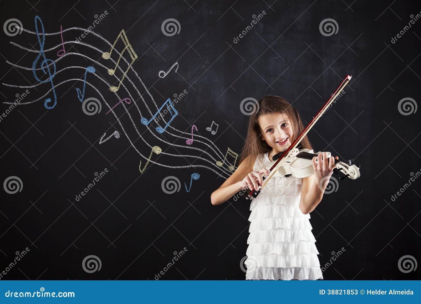 Bambino femminile che gioca il violino