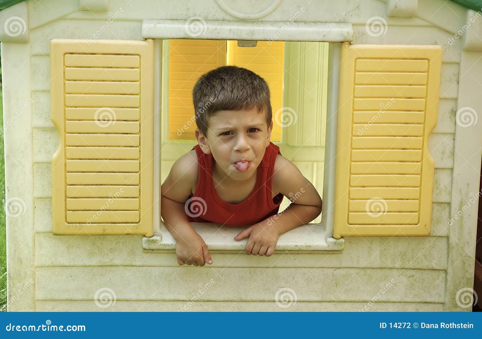 Bambino in finestra