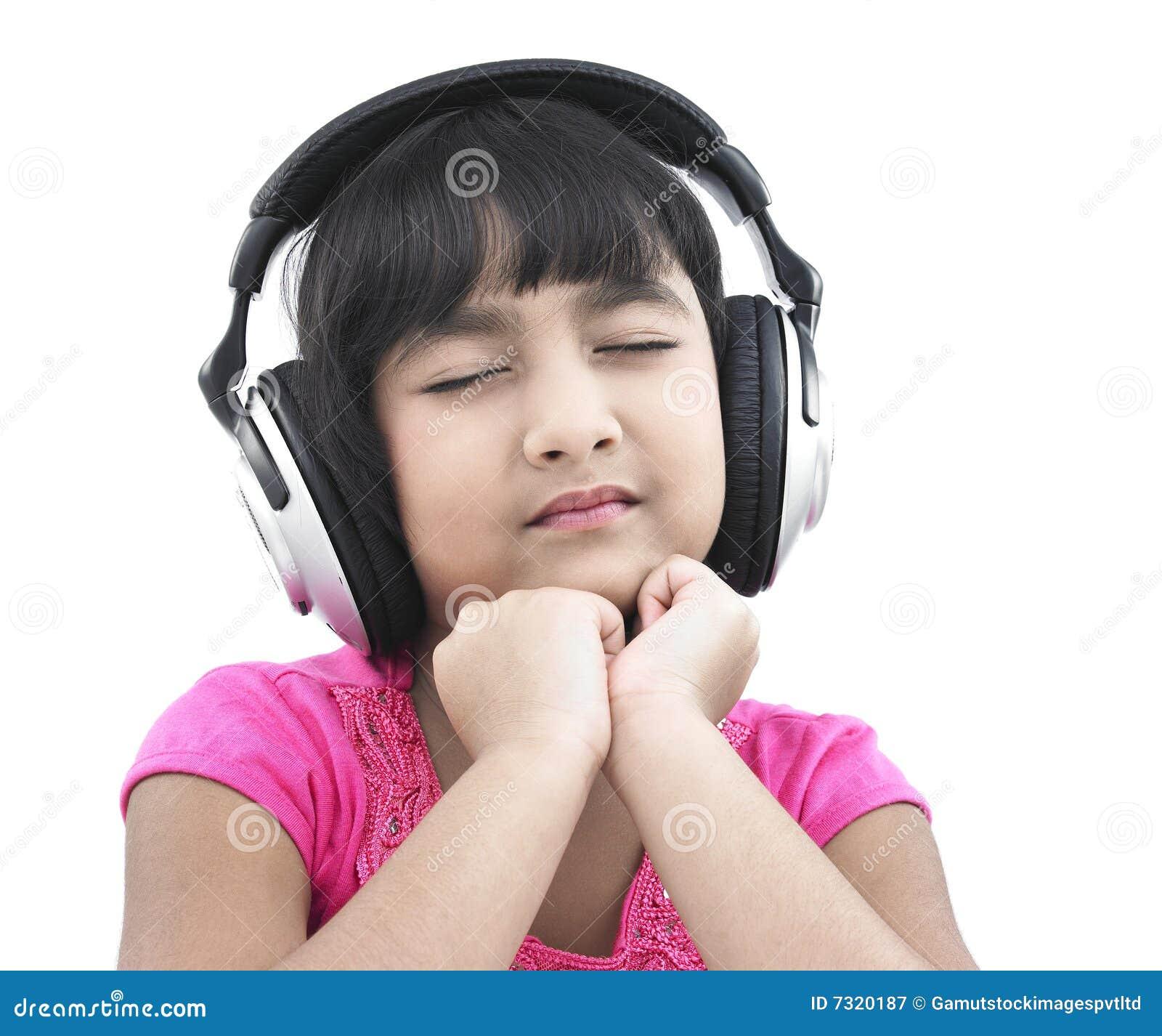 Bambino grazioso che ascolta la musica