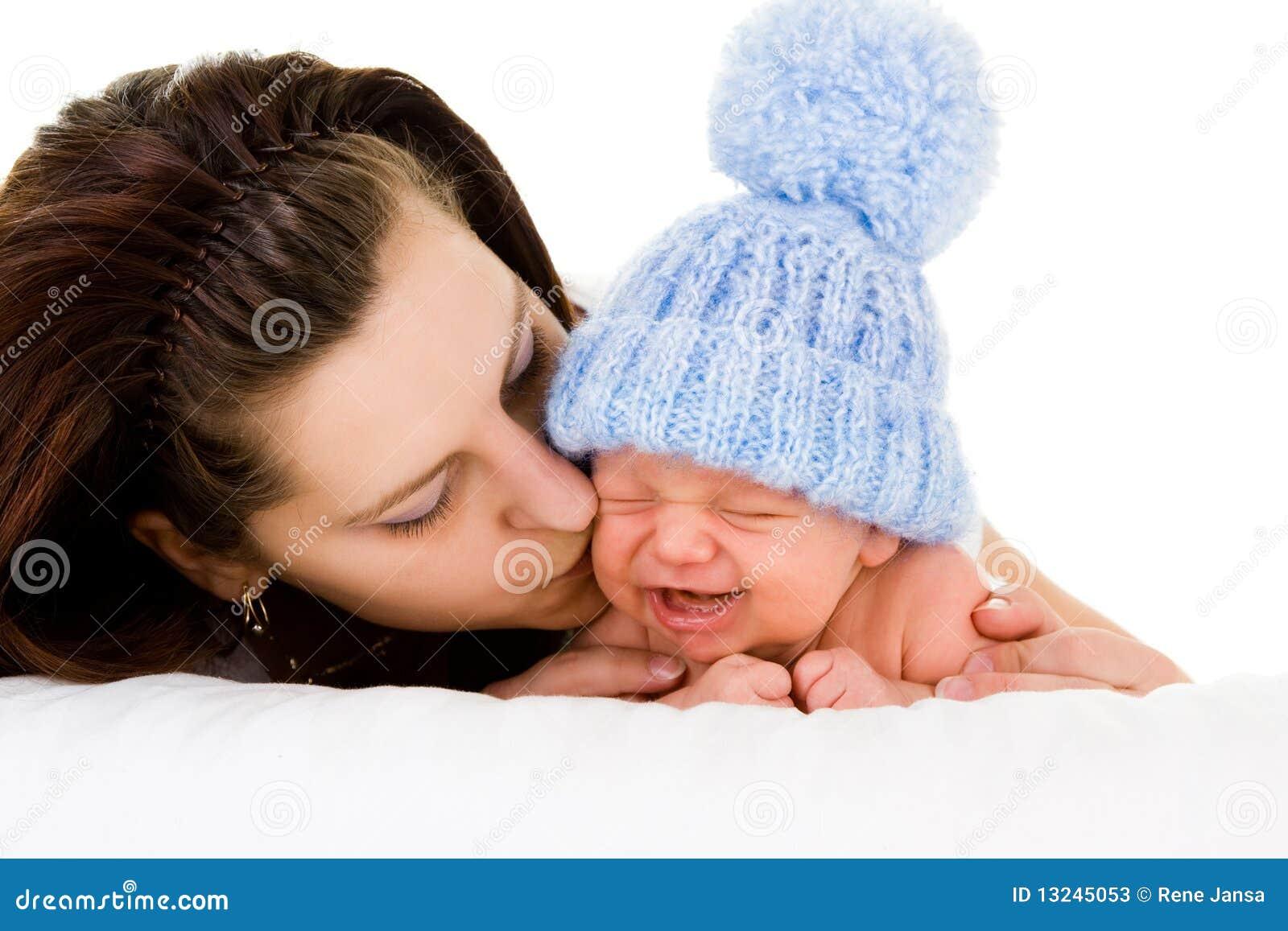 Bambino gridante soothing della madre