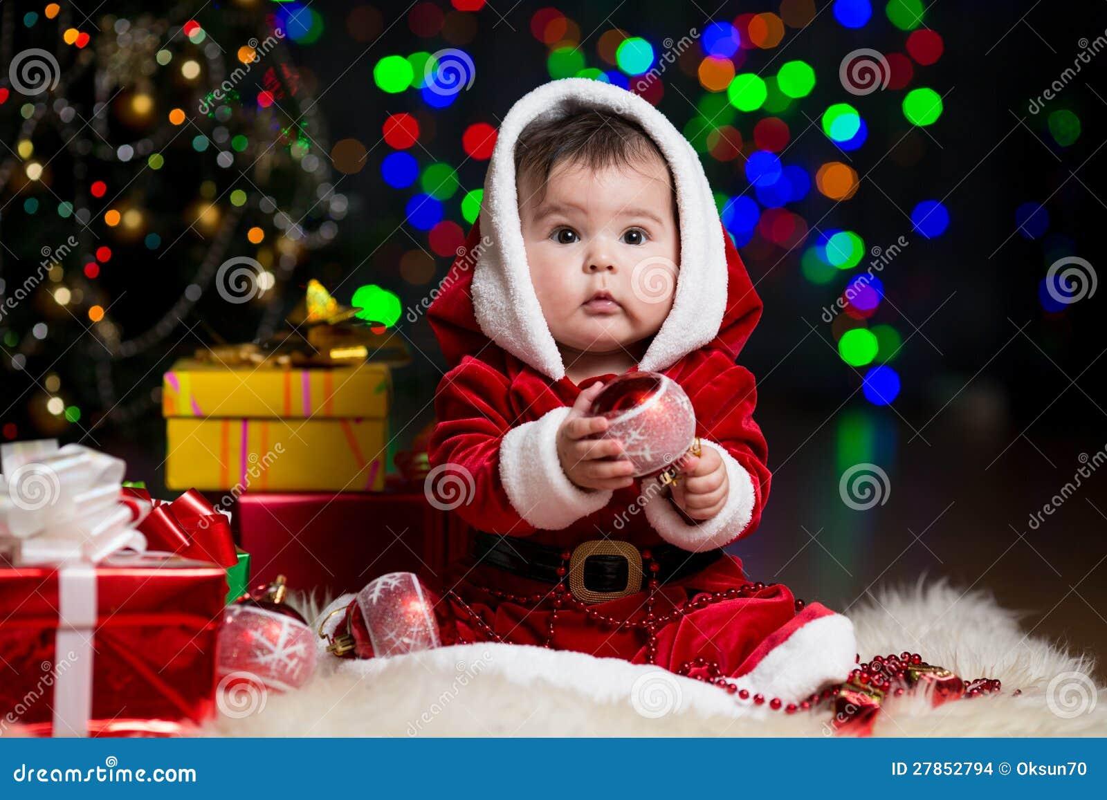 Bambino Il Babbo Natale Vicino All albero Di Natale Con I Regali ... 749808d5f99