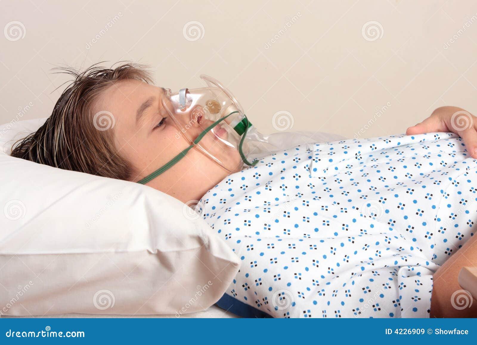 Bambino indisposto con la maschera di ossigeno