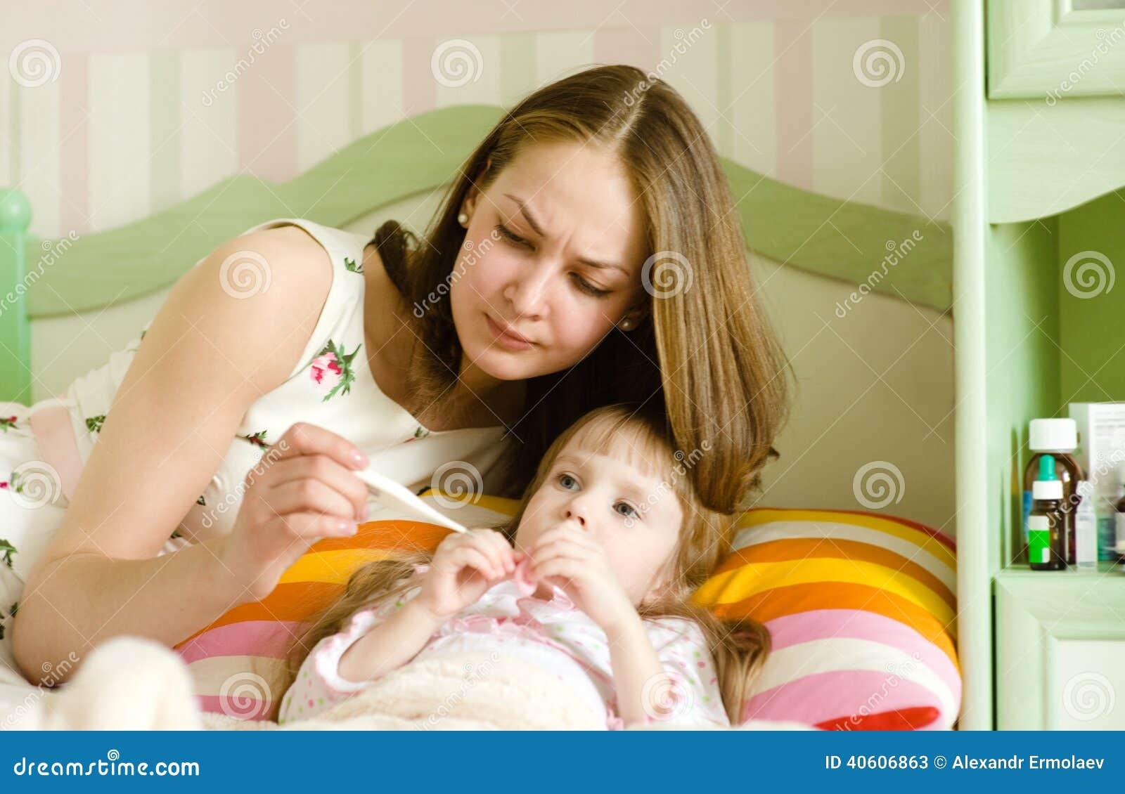 Bambino malato con febbre alta che si situa a letto immagine stock immagine di bambino faccia - Letto che si chiude ...