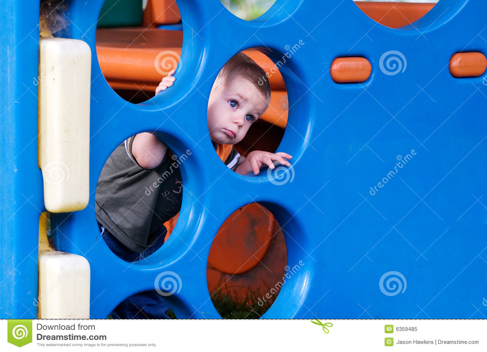 Bambino nel campo giochi