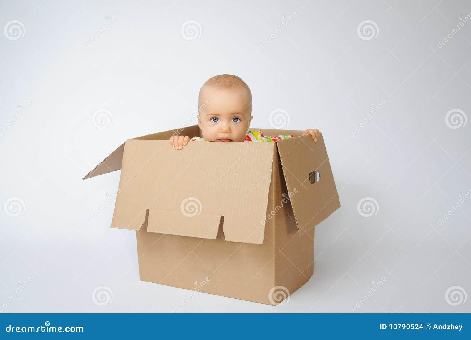 Bambino nella casella