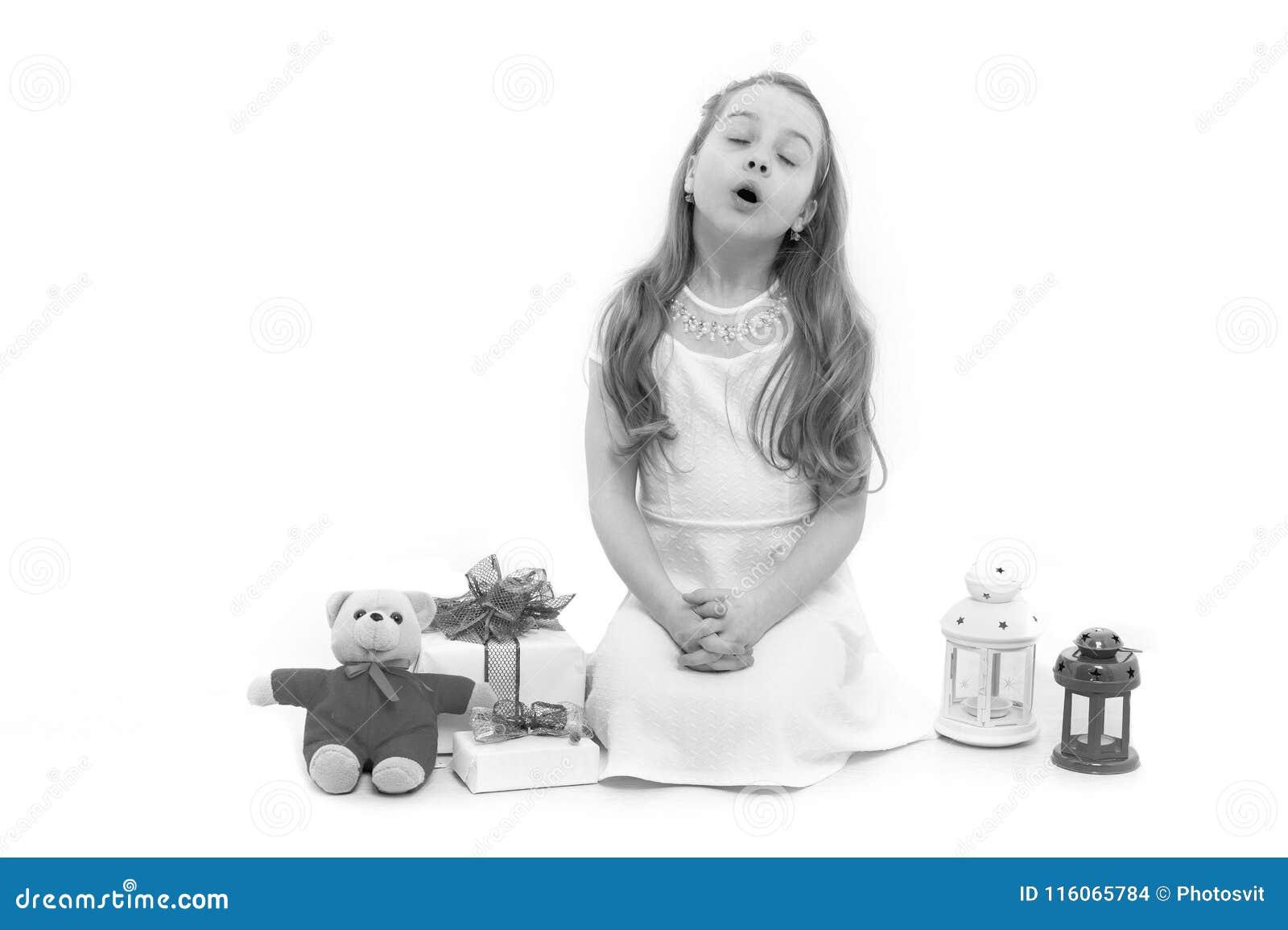 Bambino o bambino con il pacchetto attuale isolato su bianco