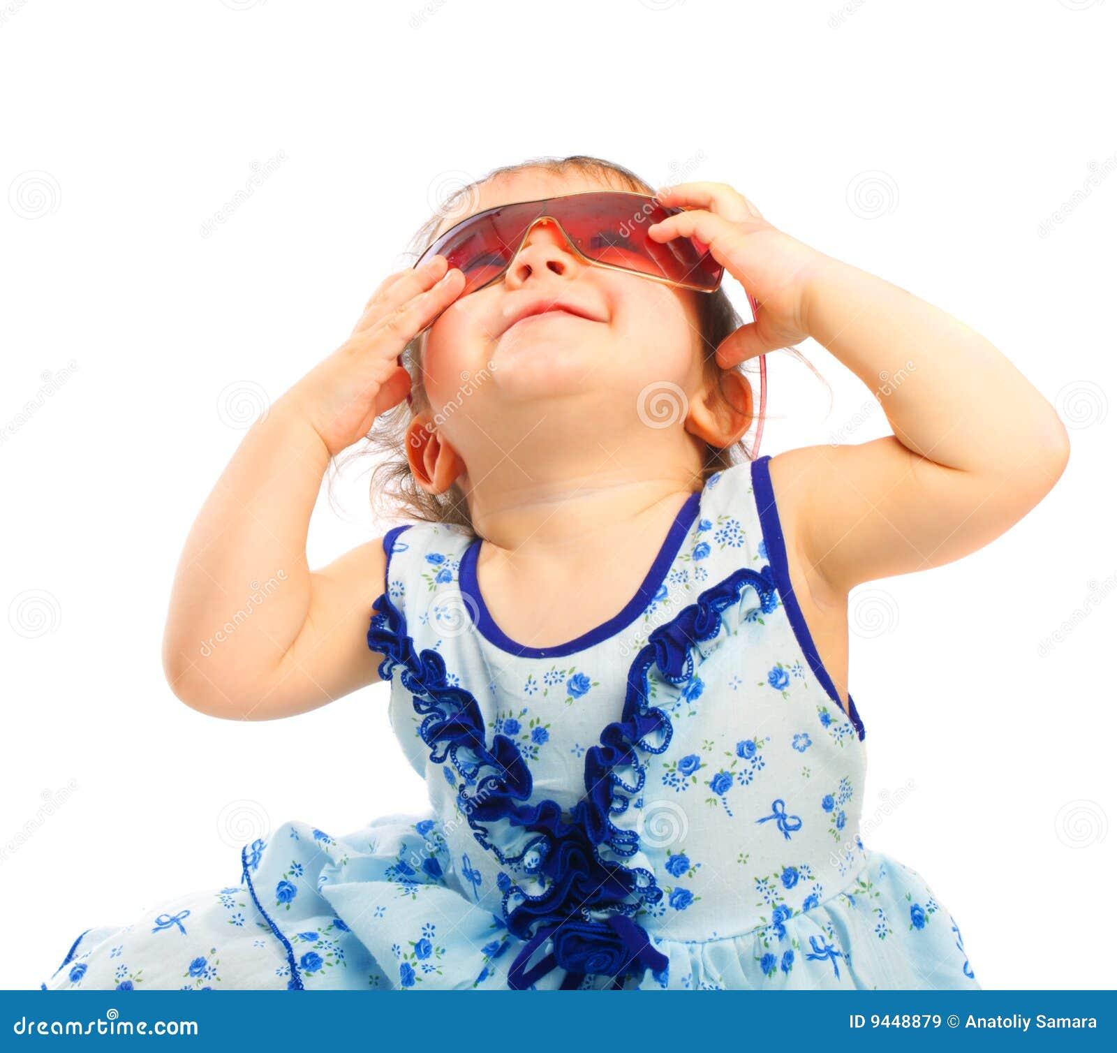 Bambino in occhiali da sole
