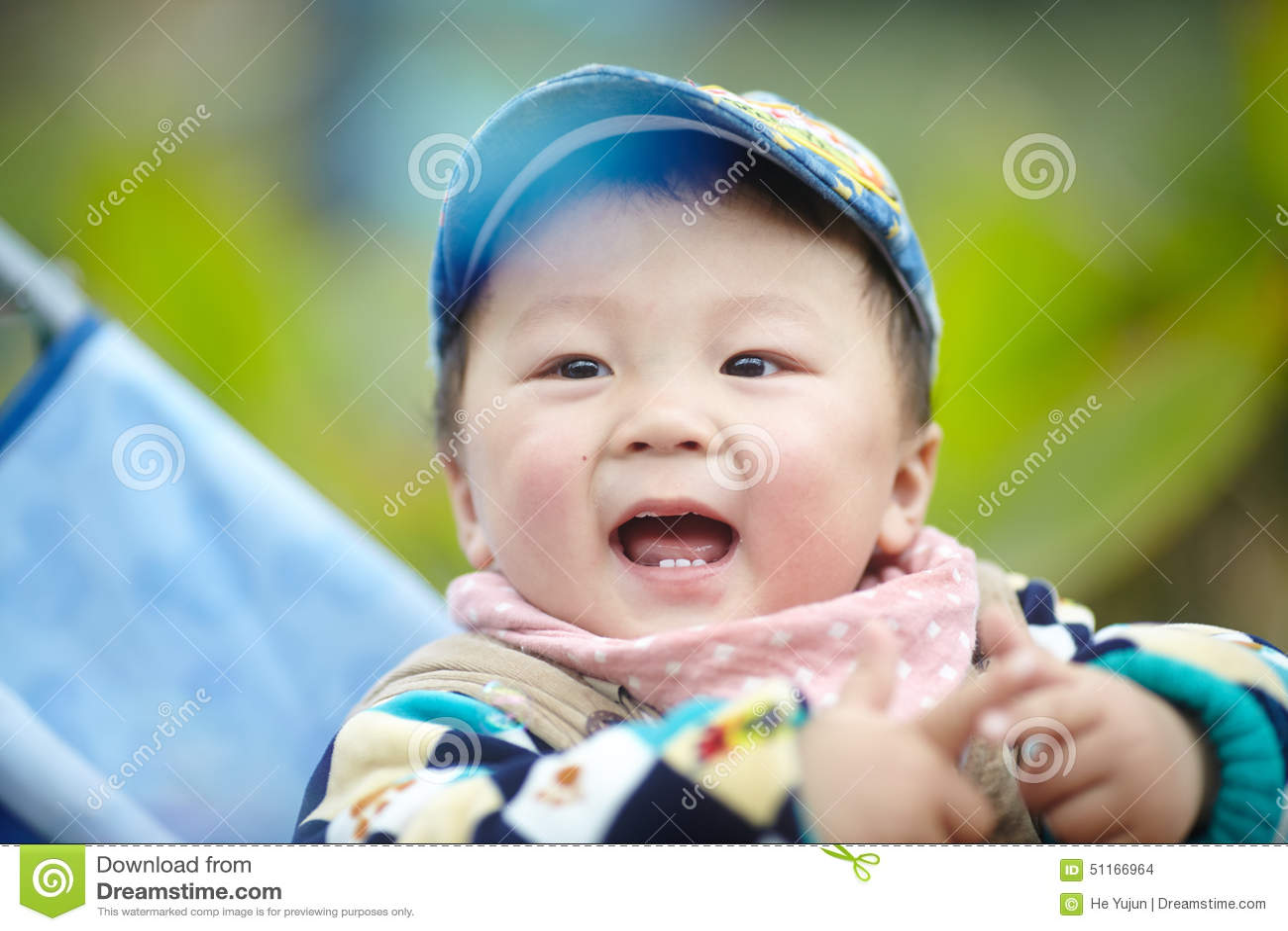 Bambino in passeggiatore