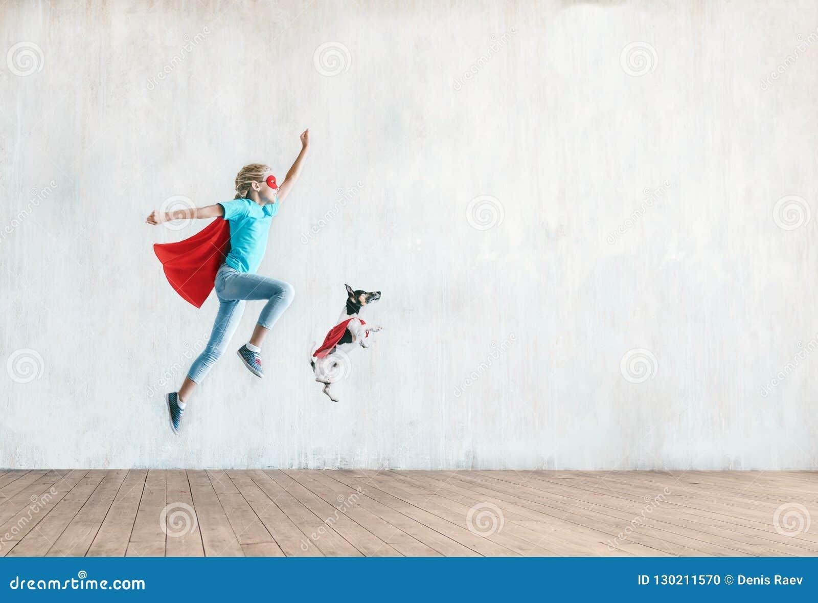 Bambino piccolo di salto con un cane