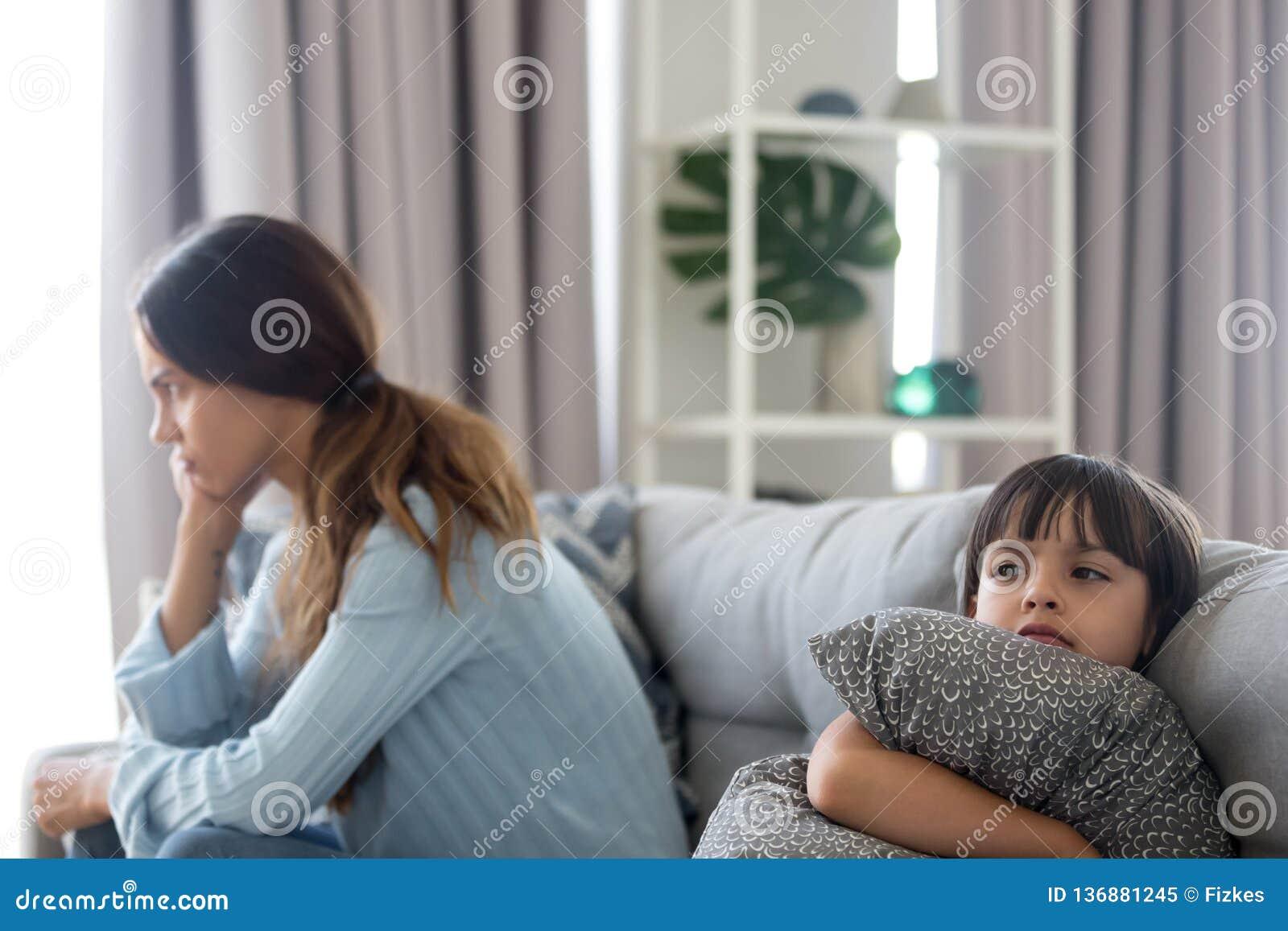 Bambino scontroso arrabbiato e madre infastidita che non parlano dopo la lotta