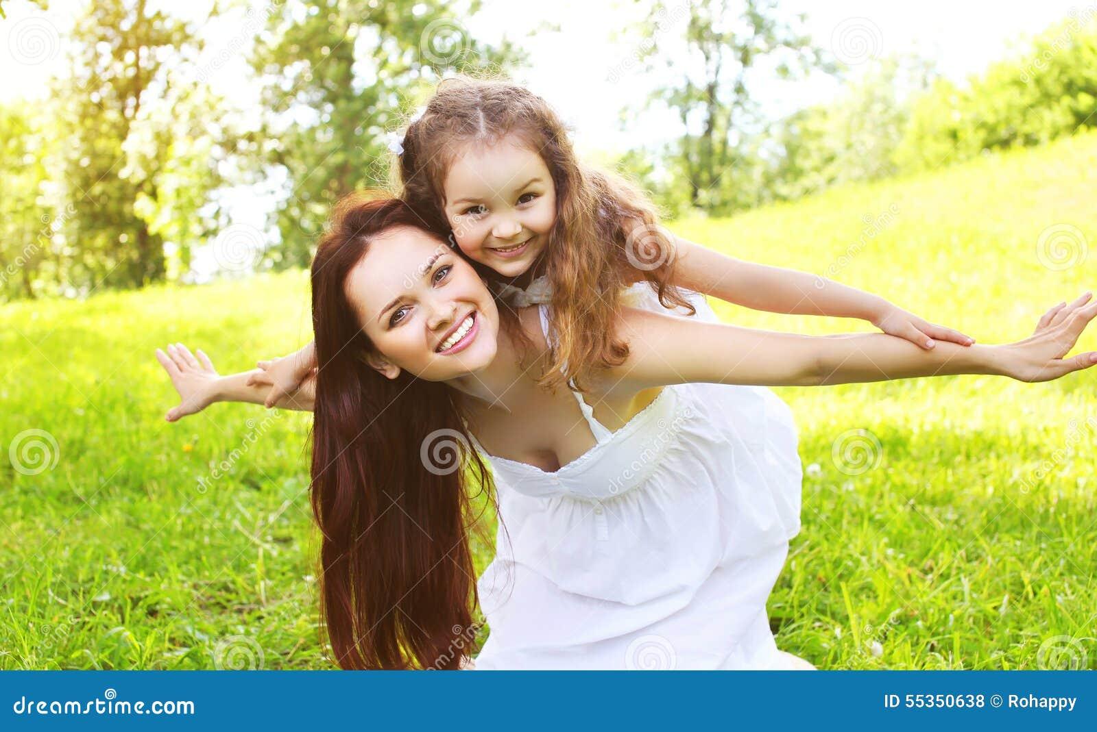 Bambino sorridente felice della figlia e della madre divertendosi insieme