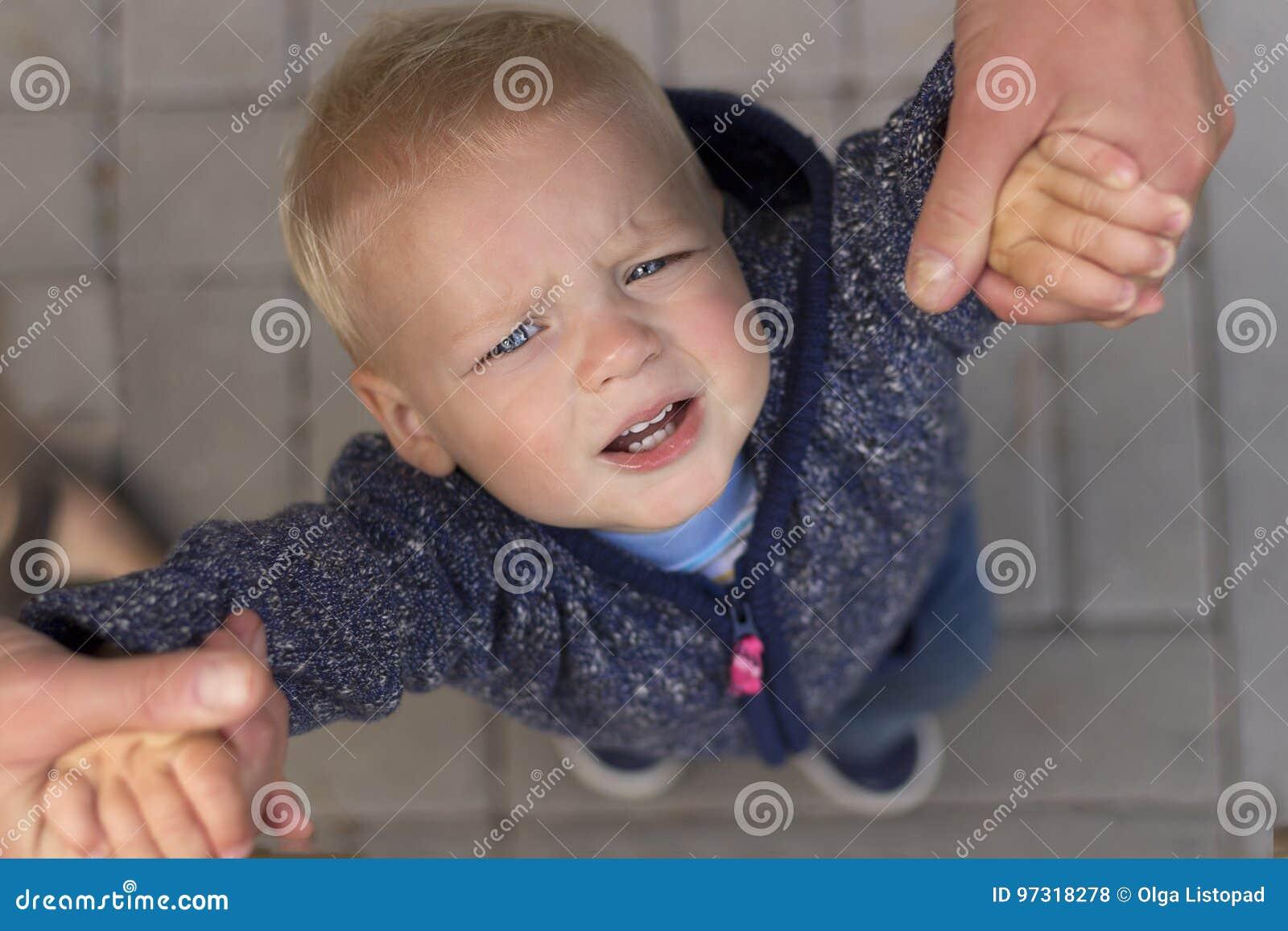 Bambino stanco turbato che rispetta padre Vista superiore
