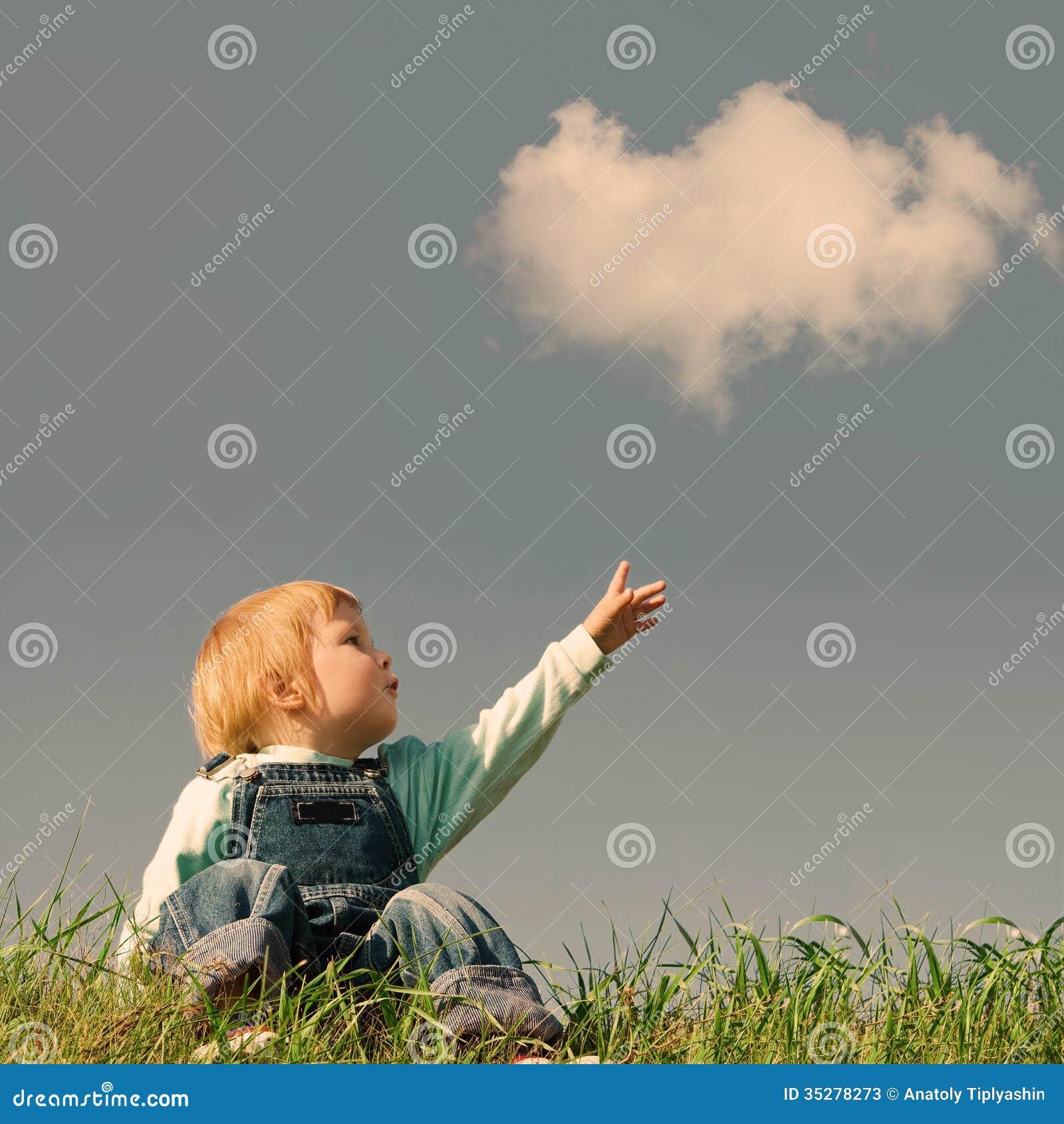 Bambino su erba verde