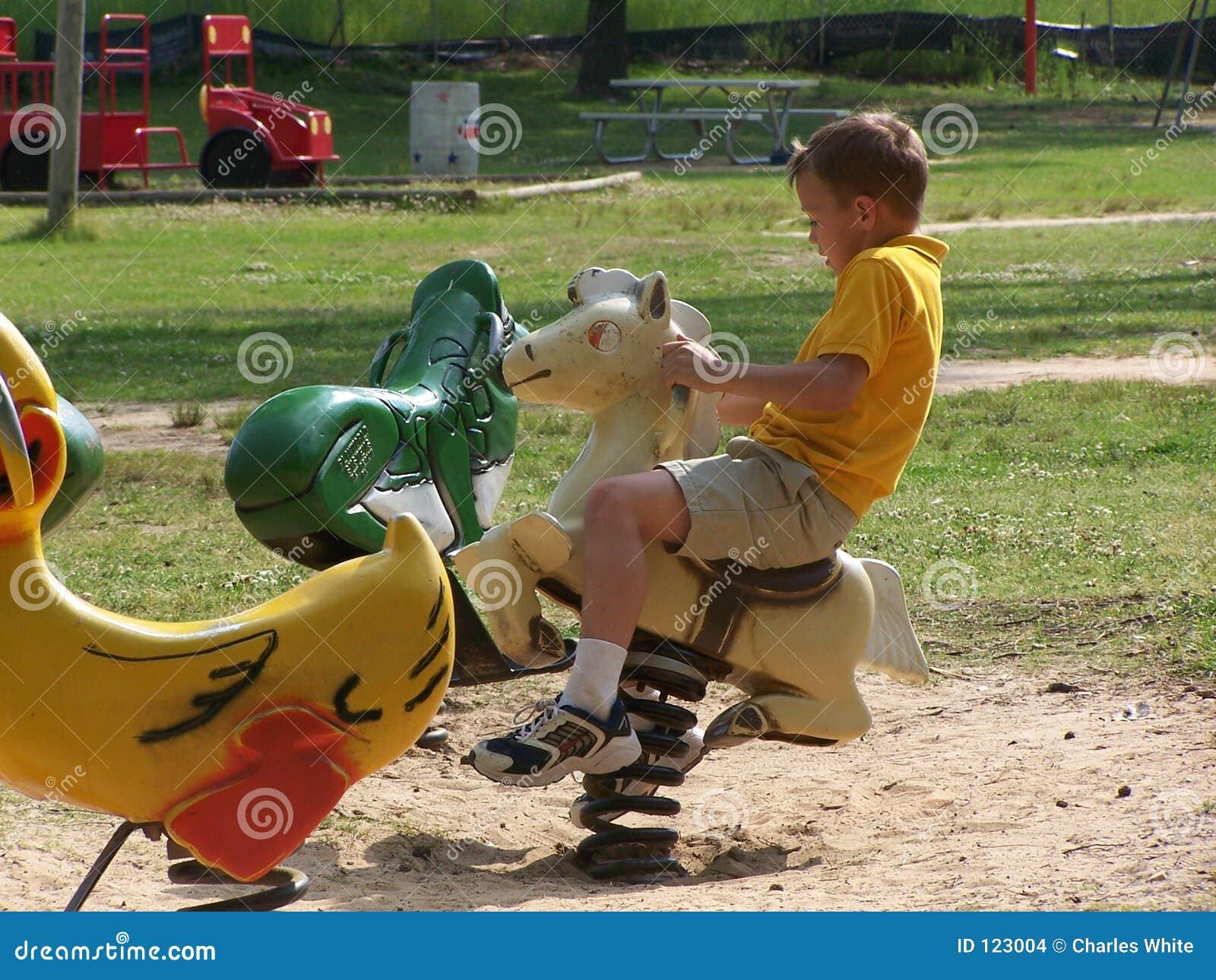 Bambino sul cavallo della sorgente