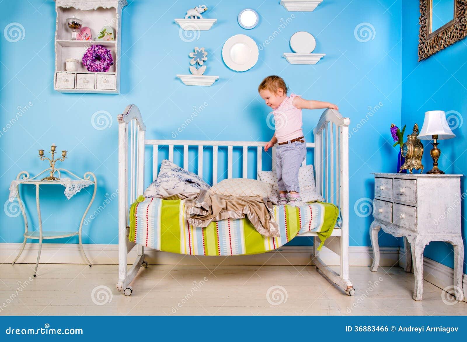 Download Bambino sul letto fotografia stock. Immagine di innocent - 36883466