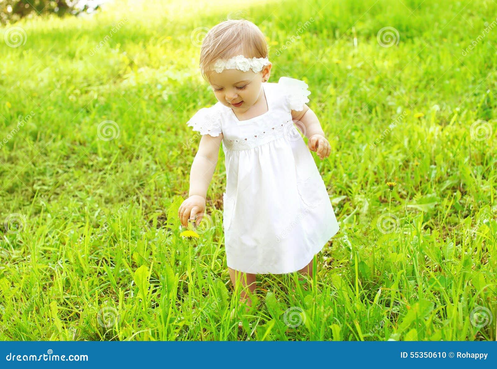 Bambino sveglio che cammina all aperto sull erba
