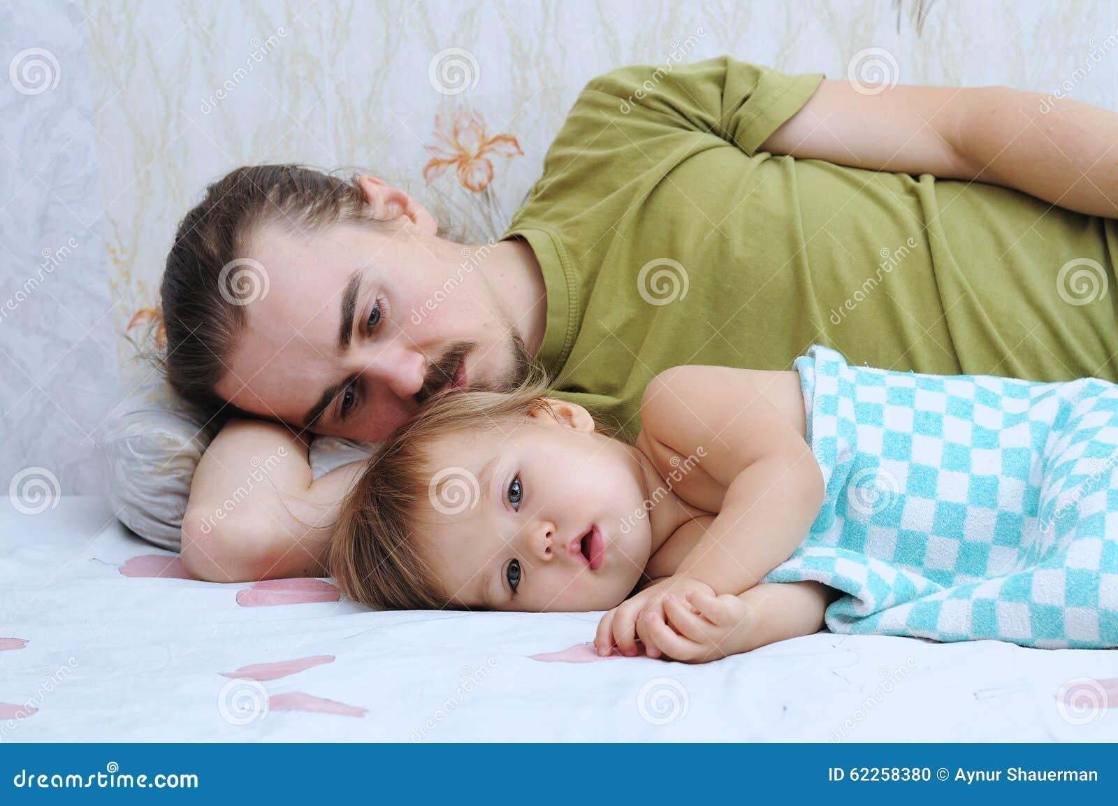 Bambino sveglio che indispone con il papà