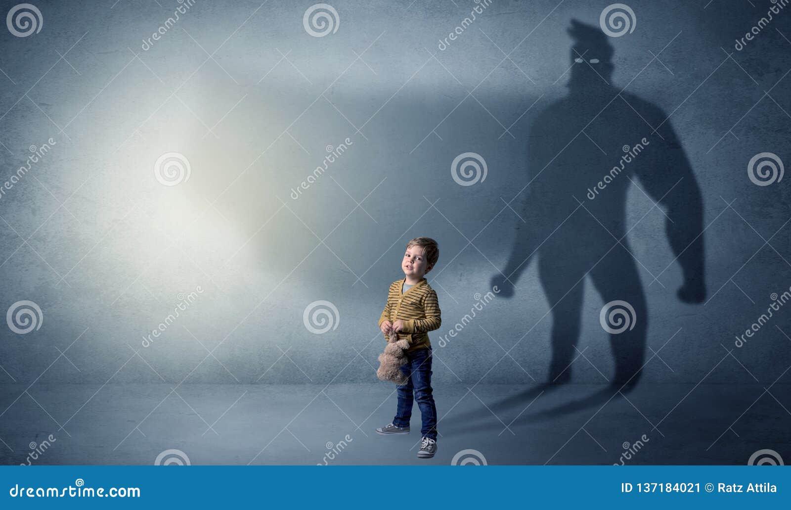 Bambino sveglio con l ombra dell eroe dietro