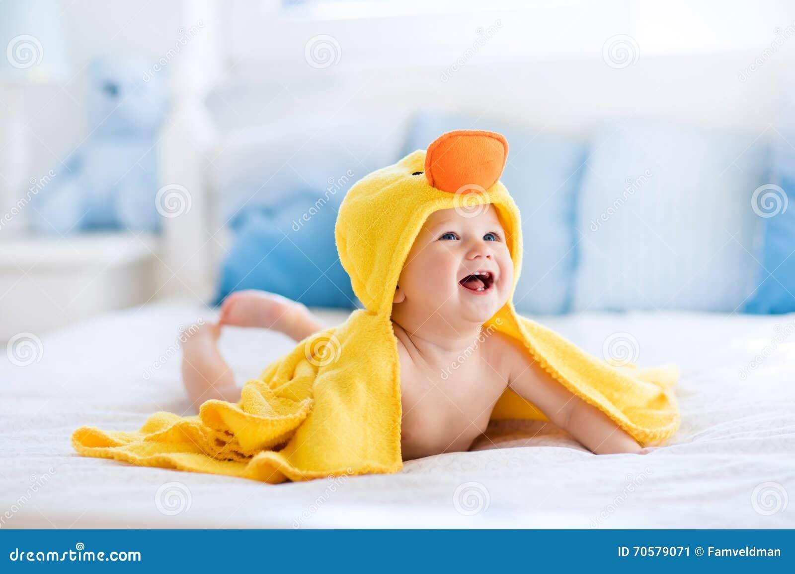 Bambino sveglio dopo il bagno in asciugamano giallo dell anatra