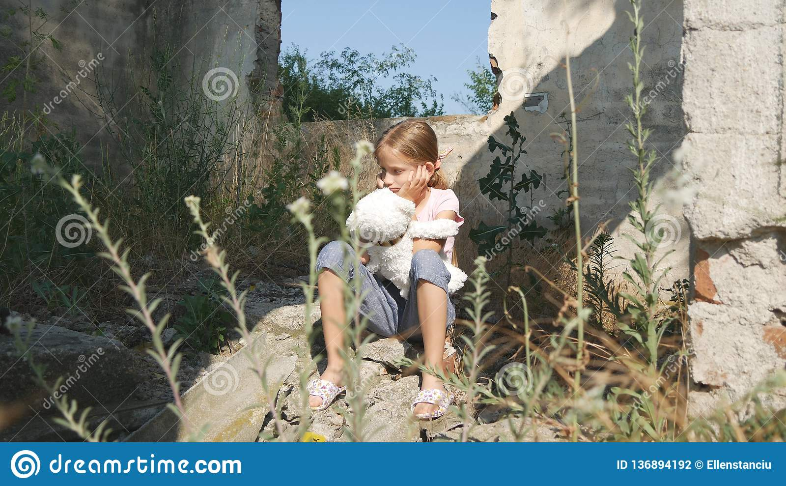 Bambino triste infelice, bambino abbandonato in Camera demolita, bambini senza tetto della ragazza