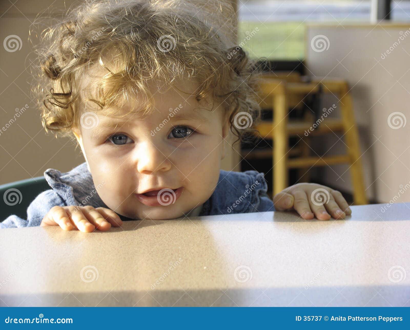 Bambino in un ristorante