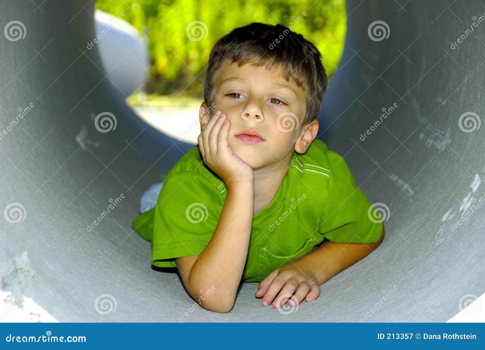 Bambino in un tubo