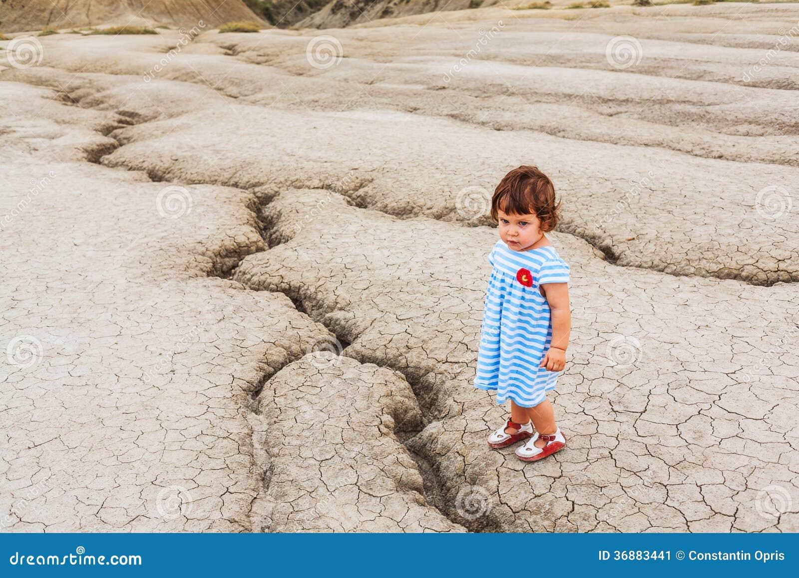 Download Bambino In Una Terra Del Deserto Immagine Stock - Immagine di terra, vulcano: 36883441