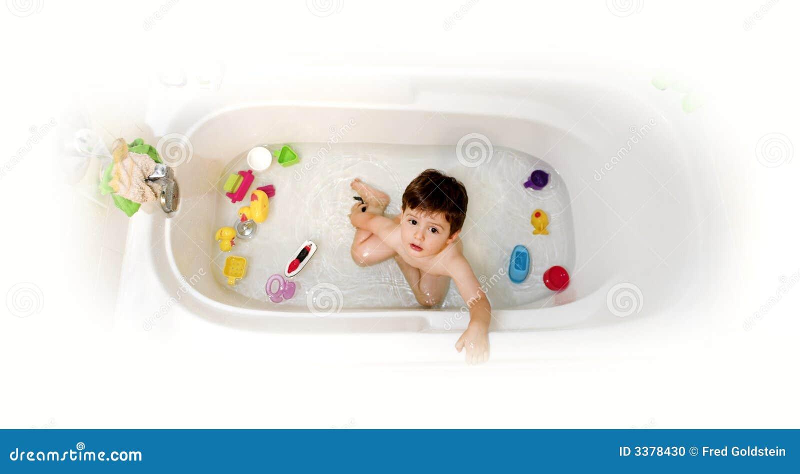 Bambino in vasca da bagno fotografia stock immagine di - Riduttore vasca bagno bambino ...