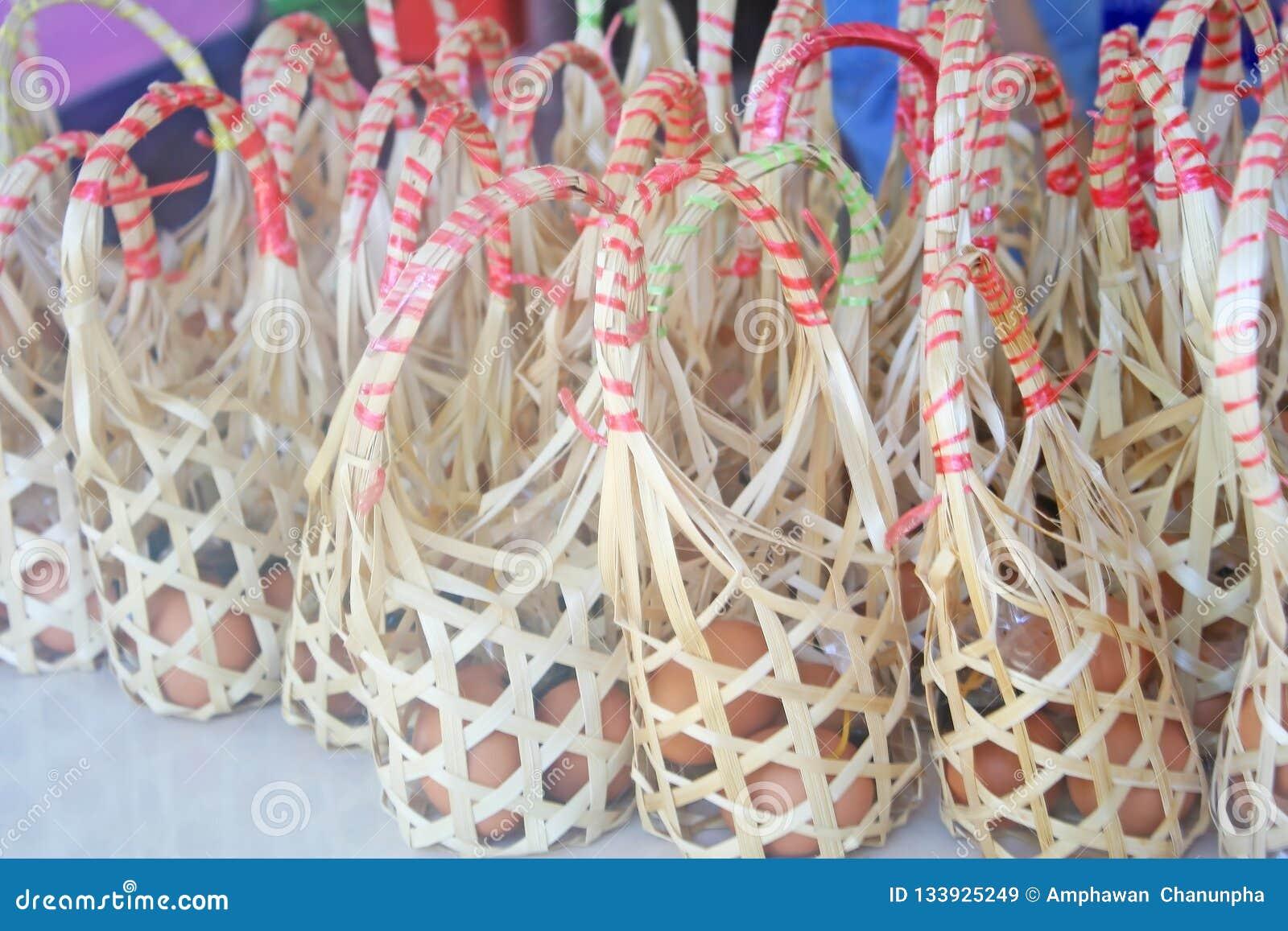 Bamboemanden met kippenei op lijst voor verkoop